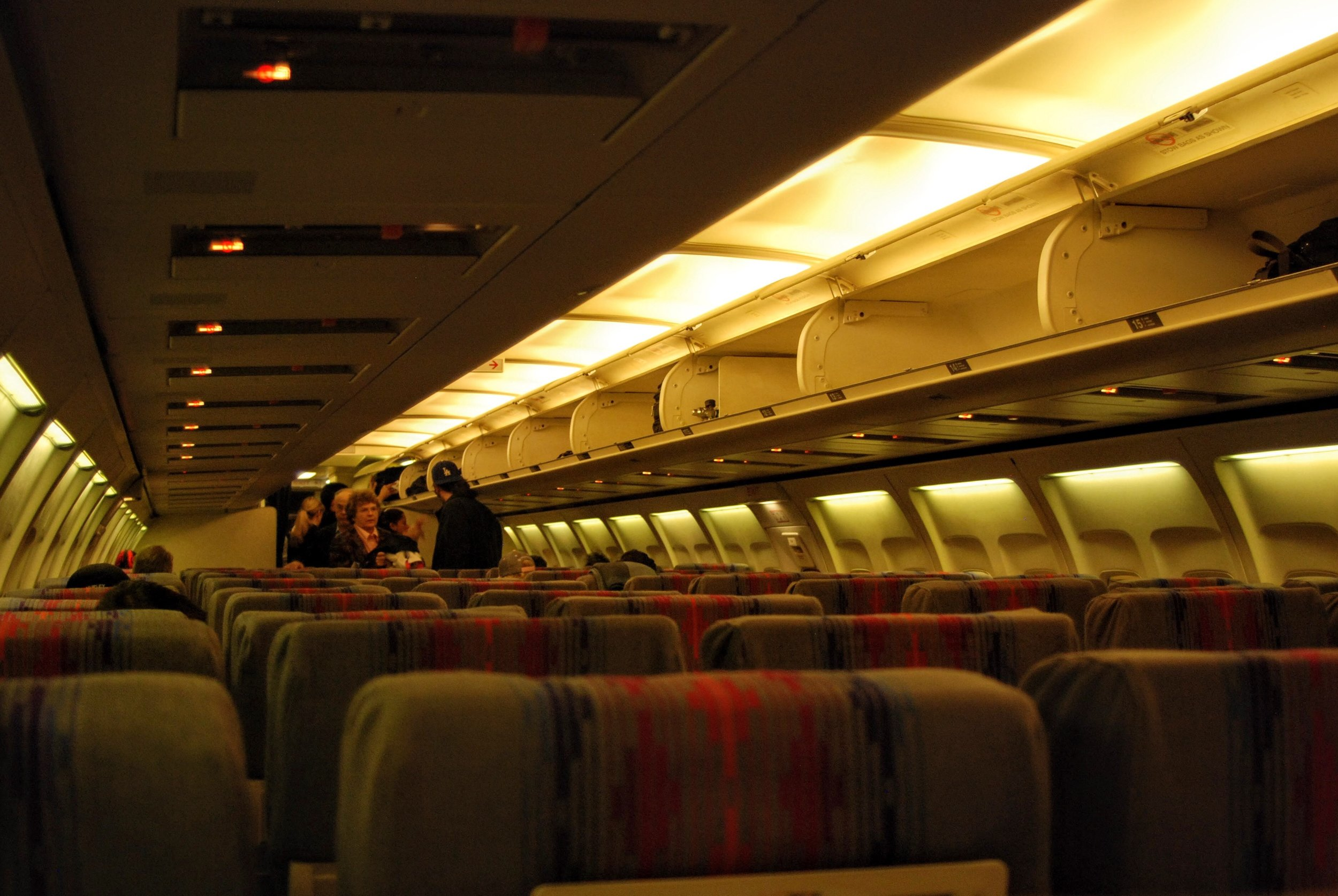 Economy Class cabin of a United 737-300 in 2008.