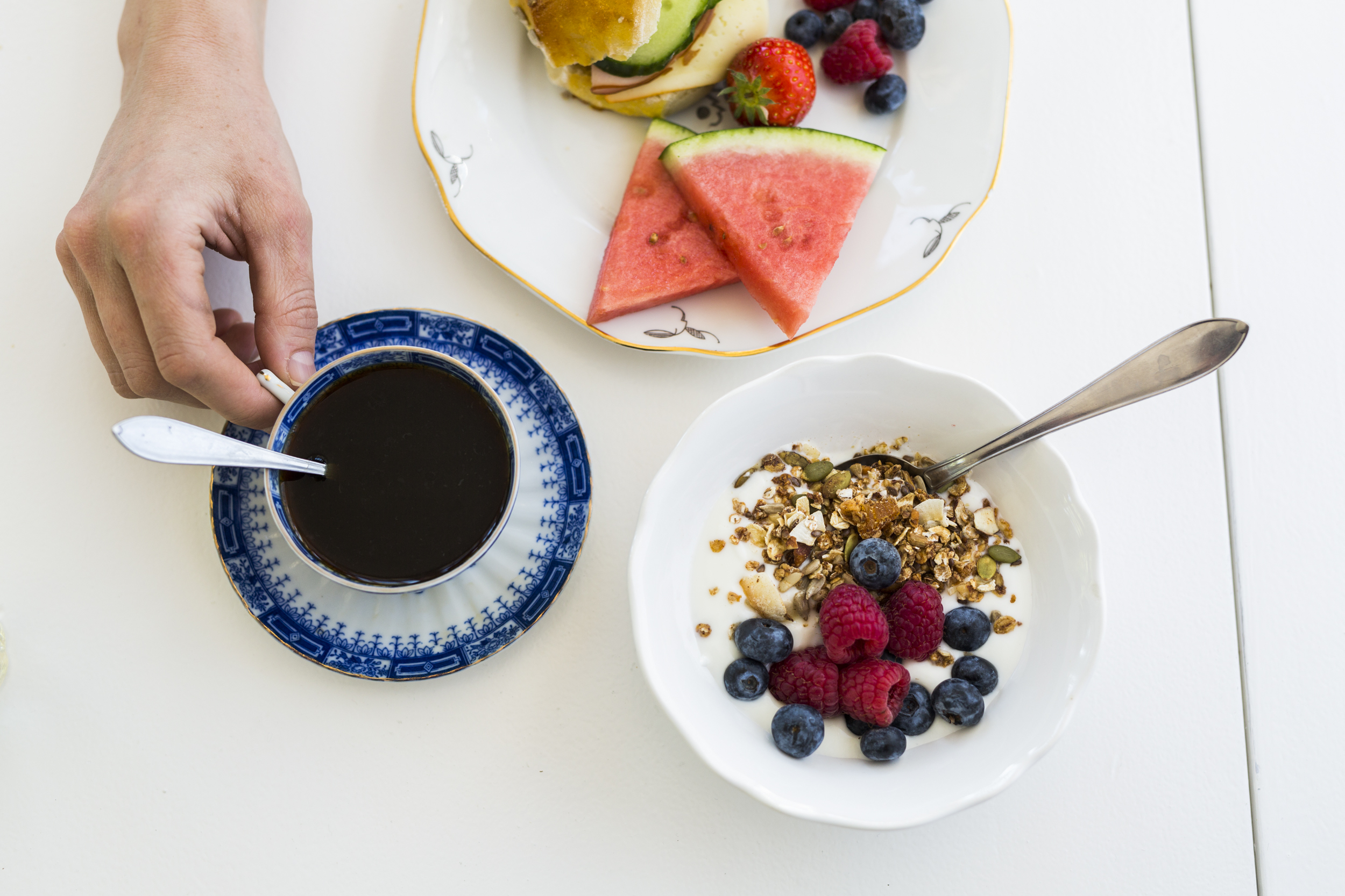 Frukostbuffé - Vår frukost serveras 08.00-10.00Njut av vår härliga frukostbuffé med nybakta frallor direkt från ugnen och hembakt bröd och vår egna musli. Avsluta frukosten med nygräddade våfflor på vår glasveranda.Bor ni ej på Pensionatet och vill njuta av vår frukostbuffé så går det bra att boka via telefon eller mail. Frukostbuffén kostar då 120 kr/person.
