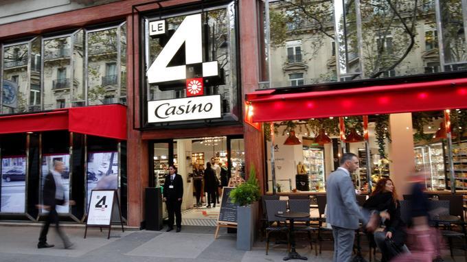- En octobre dernier, le groupe Casino inaugurait un nouveau concept de magasin à proximité des Champs-Élysées. Un magasin sans caisse avec plus de 400m² de commerces où les clients grâce à leur téléphone, paient directement leurs achats sans passer par la caisse. Quelques personnels sont présents, mais l'attente au moment de payer disparaît et il est possible de faire ses courses 24h/24.