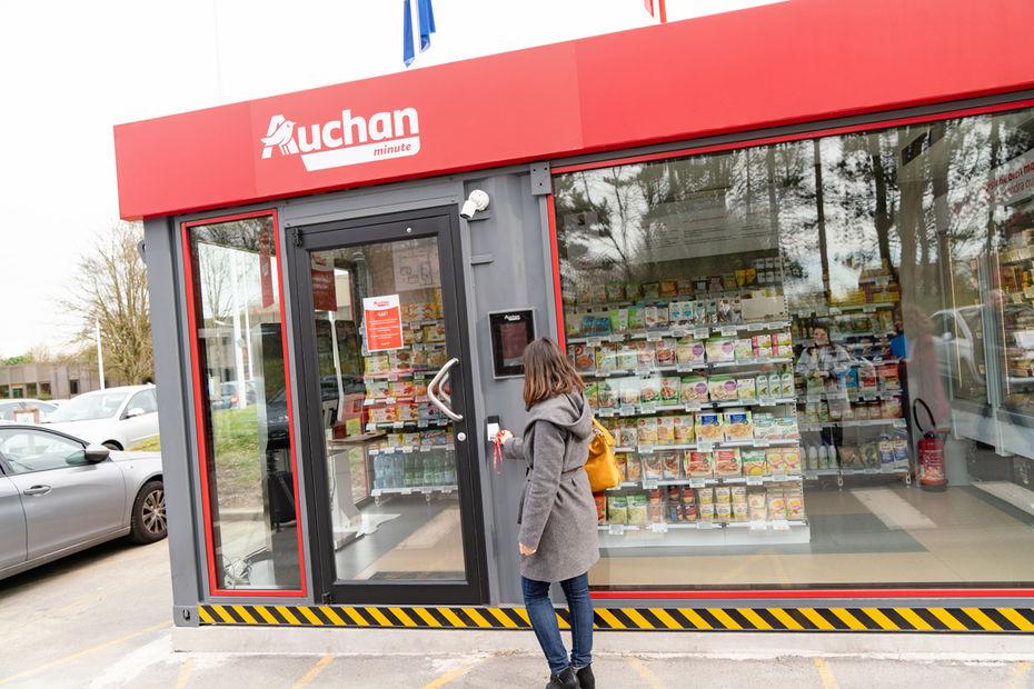 - C'est à Villeneuve-d'Ascq dans le nord, le premier « Auchan minute » a vu le jour. Mesurant 18m² et ayant la forme d'un container, il est pour l'instant en phase de test et disponible uniquement pour les collaborateurs de l'entreprise (la supérette étant établie sur le parking du siège).Ouest France rapporte que l'innovation est composée de 400 références de produits et aurait pour mission de dépanner.