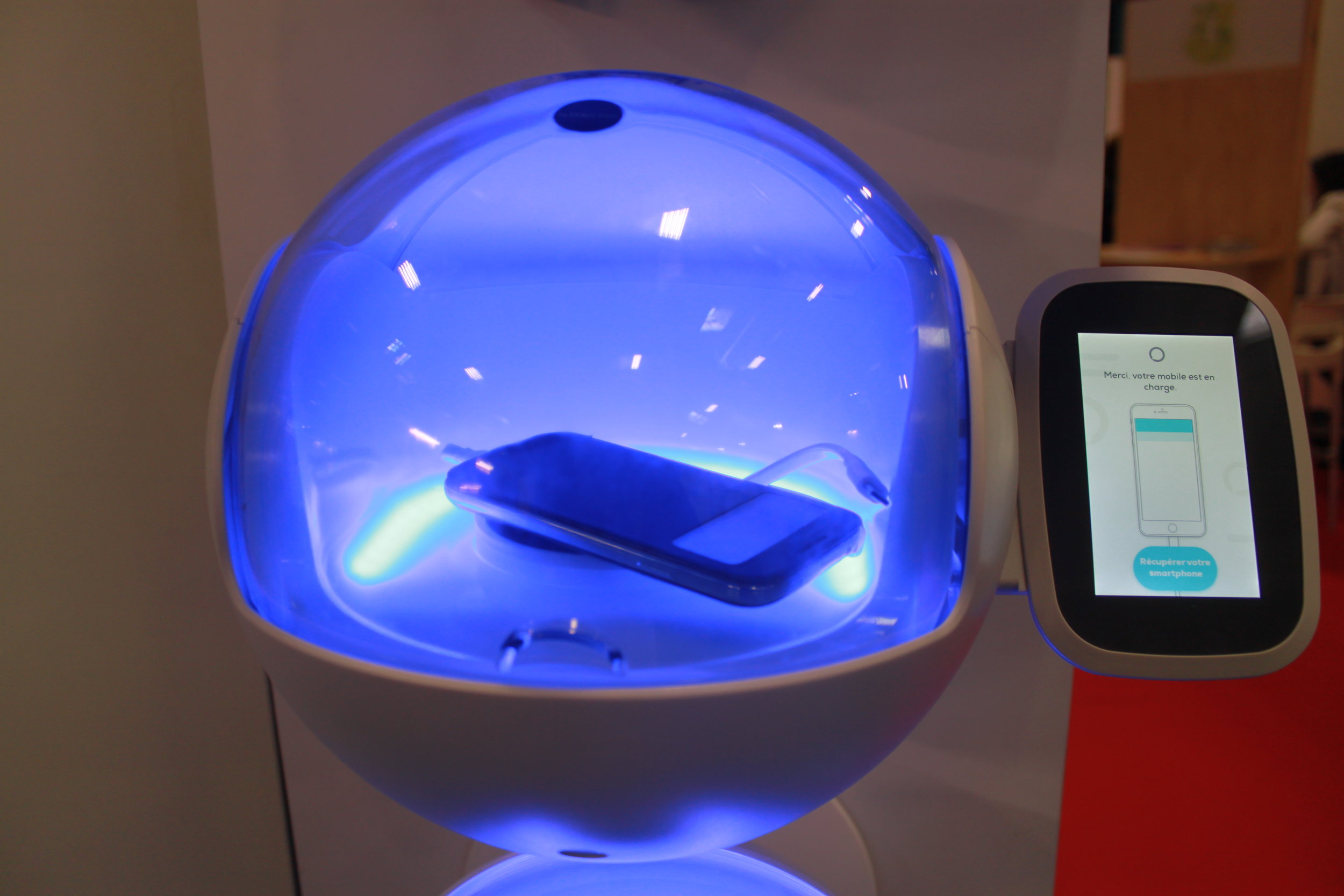 - Le CharLi et la Bubbles sont nos devices permettant de diffuser des messages impactants sur leurs écrans connectés et de créer une interaction unique avec les utilisateurs qui rechargent leur smartphone en évitant la communication de masse. Avec un taux de mémorisation de 80% sur ces écrans connectés, le CharLi et la Bubbles sont les supports les plus adaptés pour diffuser de la publicité responsable et changer les mentalités. La communication traditionnelle sous format papier est révolue. Le CharLi et la Bubbles sont des supports innovants, respectueux des enjeux du développement durable.