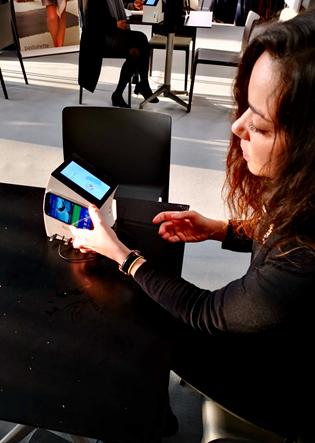 - Les devices DooH It affichent leurs contenus (adaptés aux lieux où ils se trouvent) uniquement lorsqu'une ou plusieurs personne(s) se branche(nt) sur le CharLi pour recharger leur mobile. À ce moment-là, l'écran s'allume et l'utilisateur peut interagir avec le contenu qu'il regarde grâce au tag NFC intégré au device tout en gagnant de précieux pour cent. Nous avons constaté que la publicité était bien plus appréciée vu qu'elle ne venait pas avec l'unique but de « vendre » mais avec un service en plus.