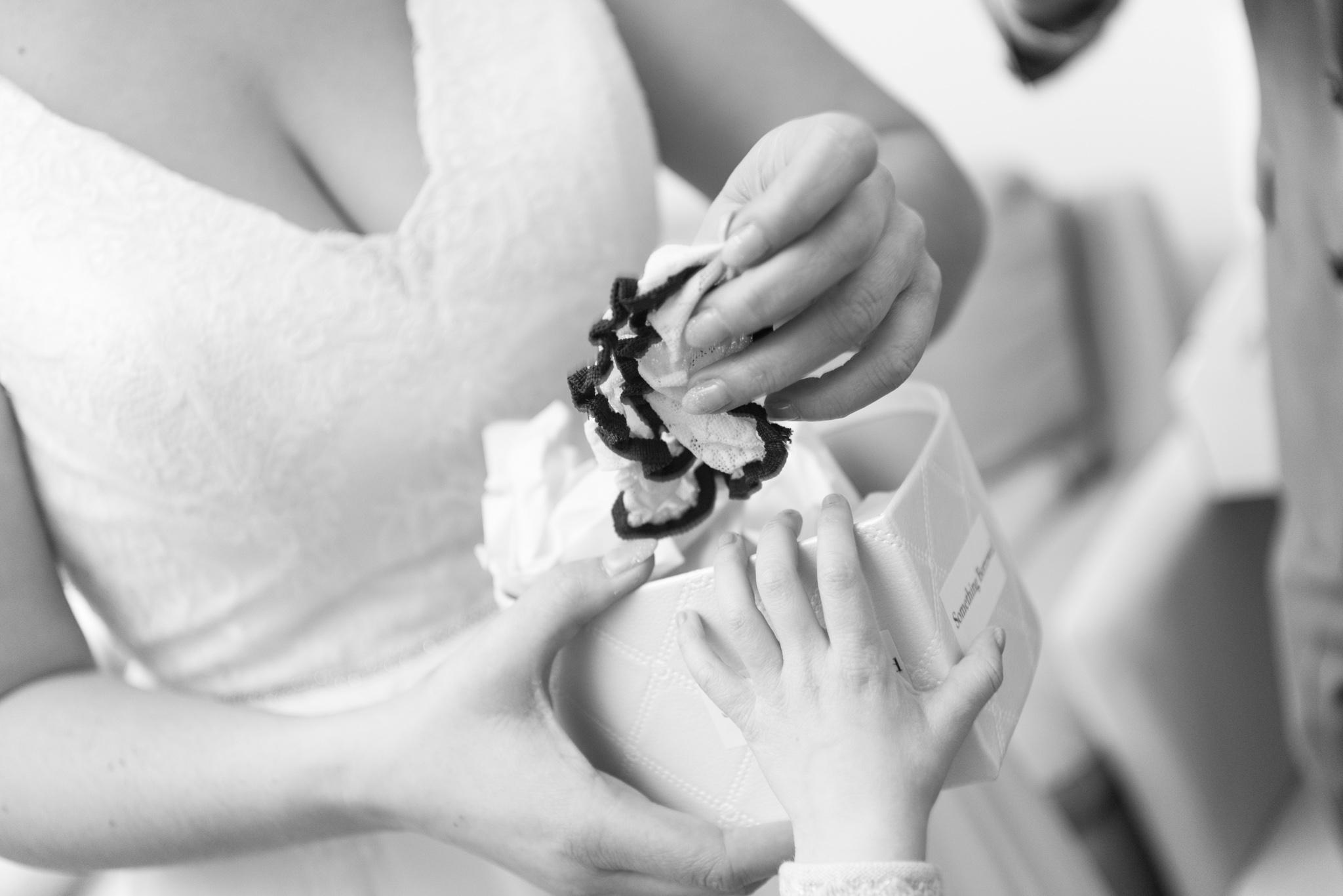 Klaarmaken bruid trouwdag