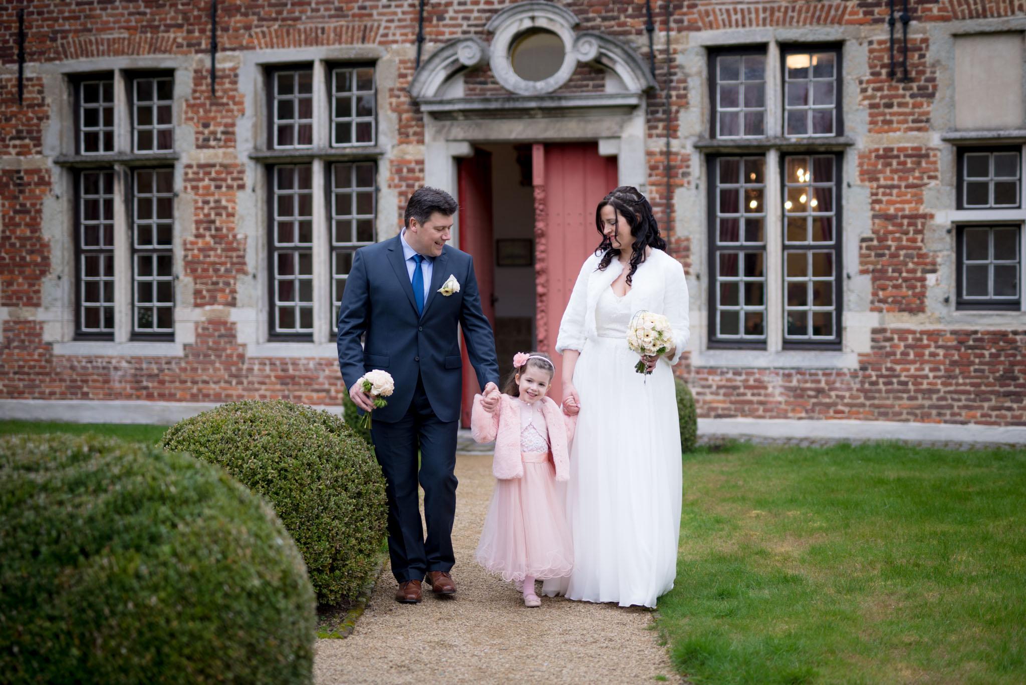 Trouwfoto bruid, bruidegom & dochter