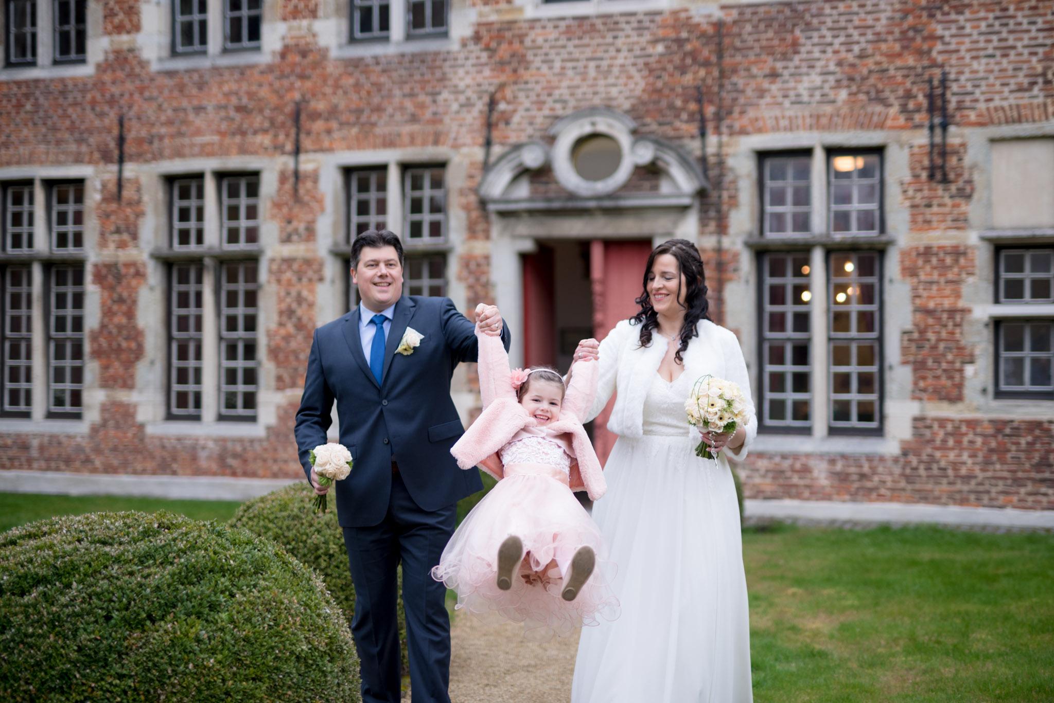 Trouwfoto bruid, bruidegom en dochter