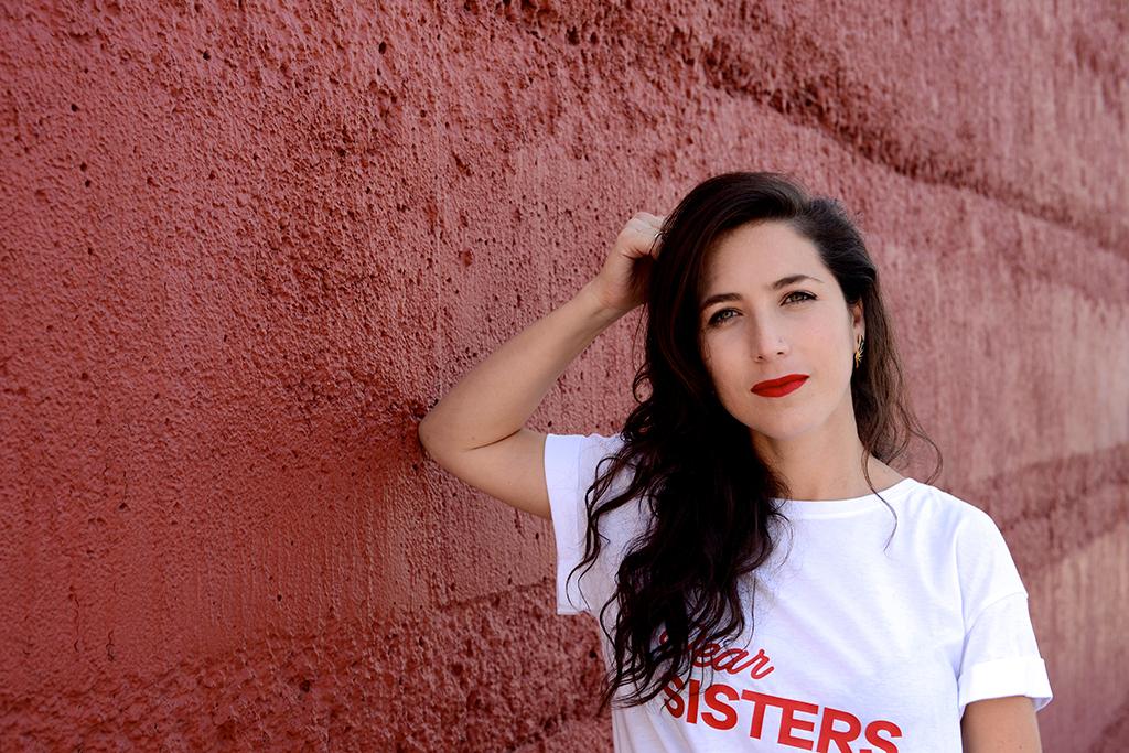 Faride Schroeder - Soy Faride, directora mexicana apasionada por las imágenes y los personajes llenos de significado. En mi trabajo busco constantemente la belleza y la magia a través de los símbolos y una mirada femenina. Estudié Comunicación con Especialidad en Cine, durante 15 años he trabajado en cine y publicidad a nivel nacional e internacional, dirijo publicidad, escribo y dirijo mis propios proyectos cinematográficos y soy la embajadora de @freethebid en México. Me encantaría ser una artista surrealista de los años 20, pero estoy feliz de poder representar el tiempo que me tocó vivir, sobre todo, nuestro tiempo como mujeres.