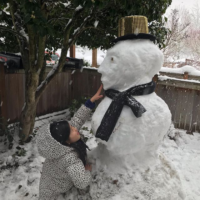 That hat doesn't fit though! #doyouwannabuildasnowman #snowpocalypse #seattlesnow #snowday #noschooltoday