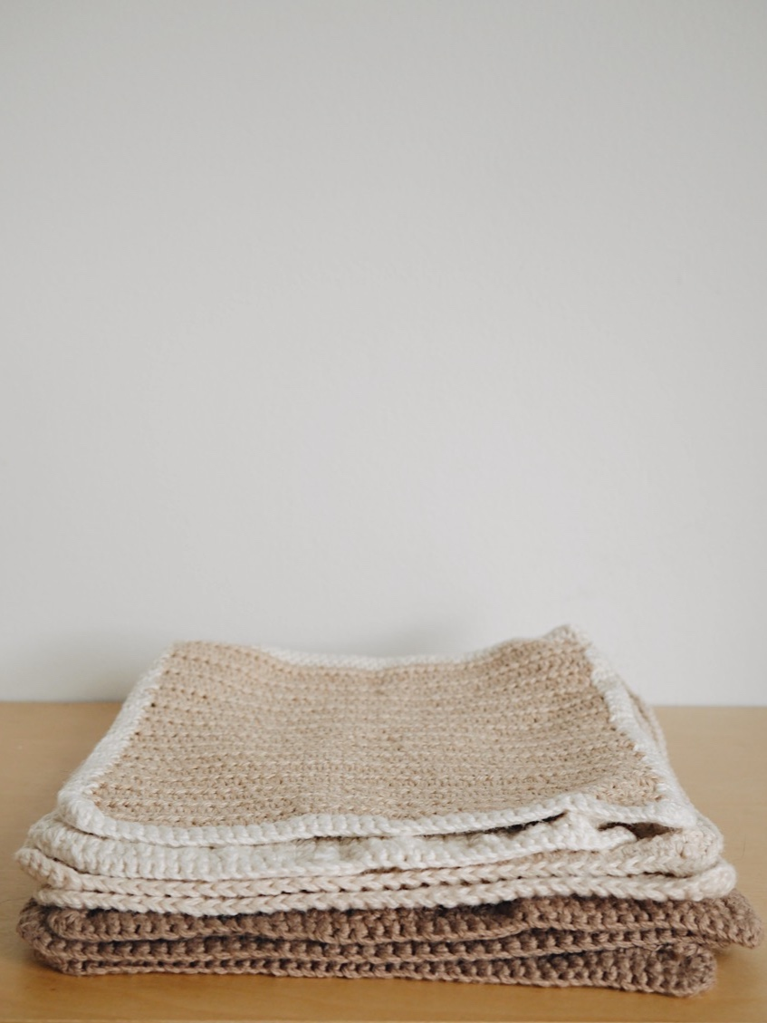 Solution écologique pour nettoyer les comptoirs   J'utilise des lingettes tricotées à la main par  Mae , je les aime tellement. Vous pouvez facilement demander à vos parents ou grand-parents si ils en ont de trop, c'est souvent des tricots qui durent très très très longtemps. J'ai aussi la chance d'avoir une meilleure amie qui tricote des lingettes, ainsi que des coton démaquillants à la main. Sinon, il y a toujours l'option d'en acheter seconde main. Si cela vous intéresse davantage, la compagnie  Kliin  fait des essuie-touts réutilisables, lavables et compostables. Vous pouvez vous en procurer juste ici:  Dans le sac ,  La boutique par Fanny ,  Les Mauvaises Herbes  et  Zéro & Co .