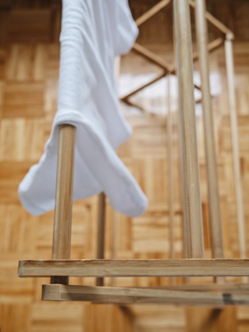 Solution écologique pour étendre les vêtements à l'intérieur   J'utilise un séche-linge en bambou durant l'hiver que je place en dessous de ma fenêtre de chambre. Ce séchoir peut vous durer toute une vie, ça fait maintenant plusieurs années que je l'ai et il est encore comme neuf! Il n'est aucunement encombrant, car il se pli facilement dans un coin afin de faire de l'espace lorsque je ne m'en sers pas.