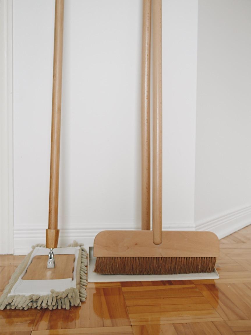 Solution écologique pour balayer et laver les planchers   Pour balayer les planchers, j'adore ce balais que j'avais acheté au Ikea il y a plusieurs années. Malheureusement, je pense qu'il a été discontinué, car j'ai essayé de le trouver sur le site d'Ikea, mais en vain. Il est muni d'un porte-poussière en métal et en bois que je trouve très, très, très durable. Bref, je l'adore et je suis certaine qu'il va me durer encore très longtemps grâce aux matériaux de longue durabilité. Concernant le lavage de plancher, j'aime beaucoup cette moppe que j'ai depuis plusieurs années. Le revêtement à l'extrémité est lavable, donc après usage je le mets dans la laveuse.