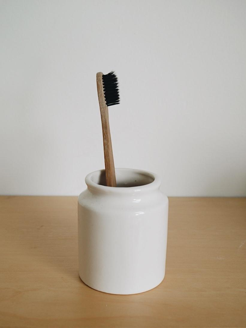 Solution écologique pour brosser les recoins   Est-ce qu'il vous arrive d'avoir de la difficulté à nettoyer certains recoins de la maison ou les craques entre les dalles de la salle de bain? La brosse à dent est parfaite pour les petits recoins difficiles à nettoyer en profondeur. Prenez la peine d'utiliser une brosse à dent ayant déjà été utilisée afin de lui donner une deuxième vie comme brosse à tout faire.