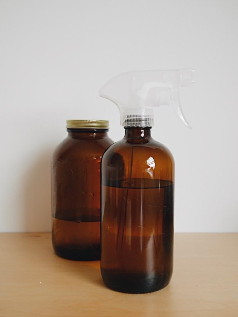 Solution écologique pour nettoyer et désinfecter (tout-usage)   J'achète le nettoyant tout usage ultra concentré en vrac de  Bionature  dans le contenant à l'arrière pour ensuite le diluer dans ma bouteille à vaporisateur. De cette manière, je peux le diluer facilement sans faire de dégât à l'aide d'un entonnoir. Toutefois, de nombreuses recettes de nettoyant faits maison existent aussi. Voici quelques recettes :  1.  Nettoyants naturels maison pour simplifier son ménage du printemps   2.  Nettoyant tout usage maison