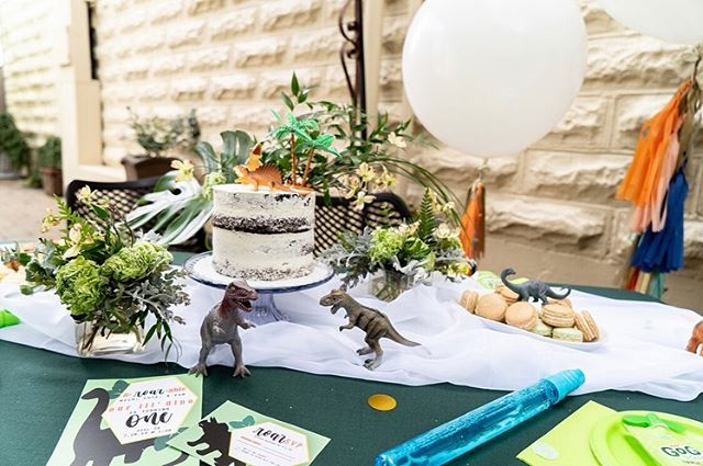How aROARable is this first birthday 😍🌿🦖 . . . . 🦕 🦖🦕🦖🦕🦖🦕🦖🦕🦖 Photographers - @phanphotographypdx  @ncorwin21  Video - @phanphotographypdx  Coordination + Styling - @DanielleNicholePDX Venue - @opal28portland  Bibs + Highchair Banners - @blossomingbaby  Cake - @cakenouveaupdx Florals - @flowersbyalana  Balloons+Tassels+Styling - @PrettyChicParty  Desserts - @box42bakery  Invites - @charligraphy Baby Models : Zoe , Skylar , Kimmie , Xander , Castle