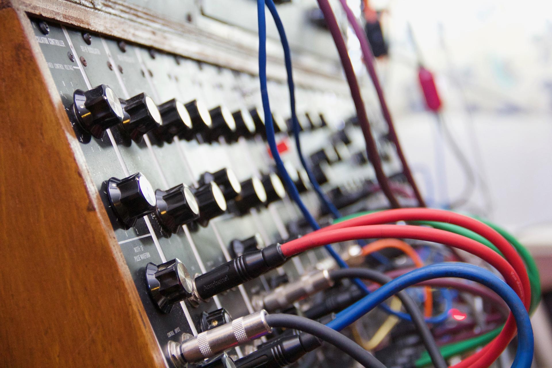 synthesizer-2479008_1920.jpg