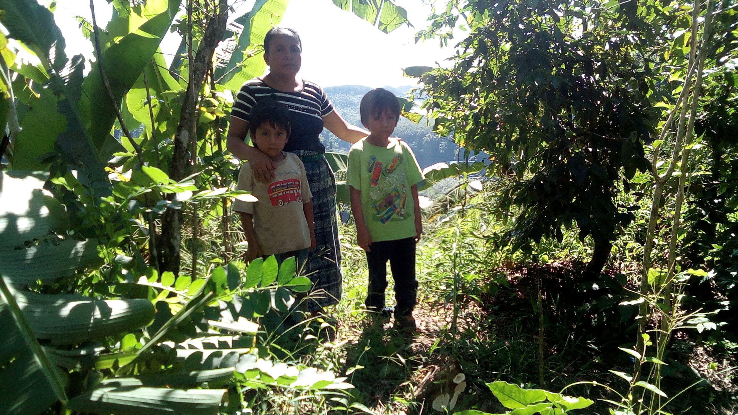 cristina y sus dos hijos.jpg