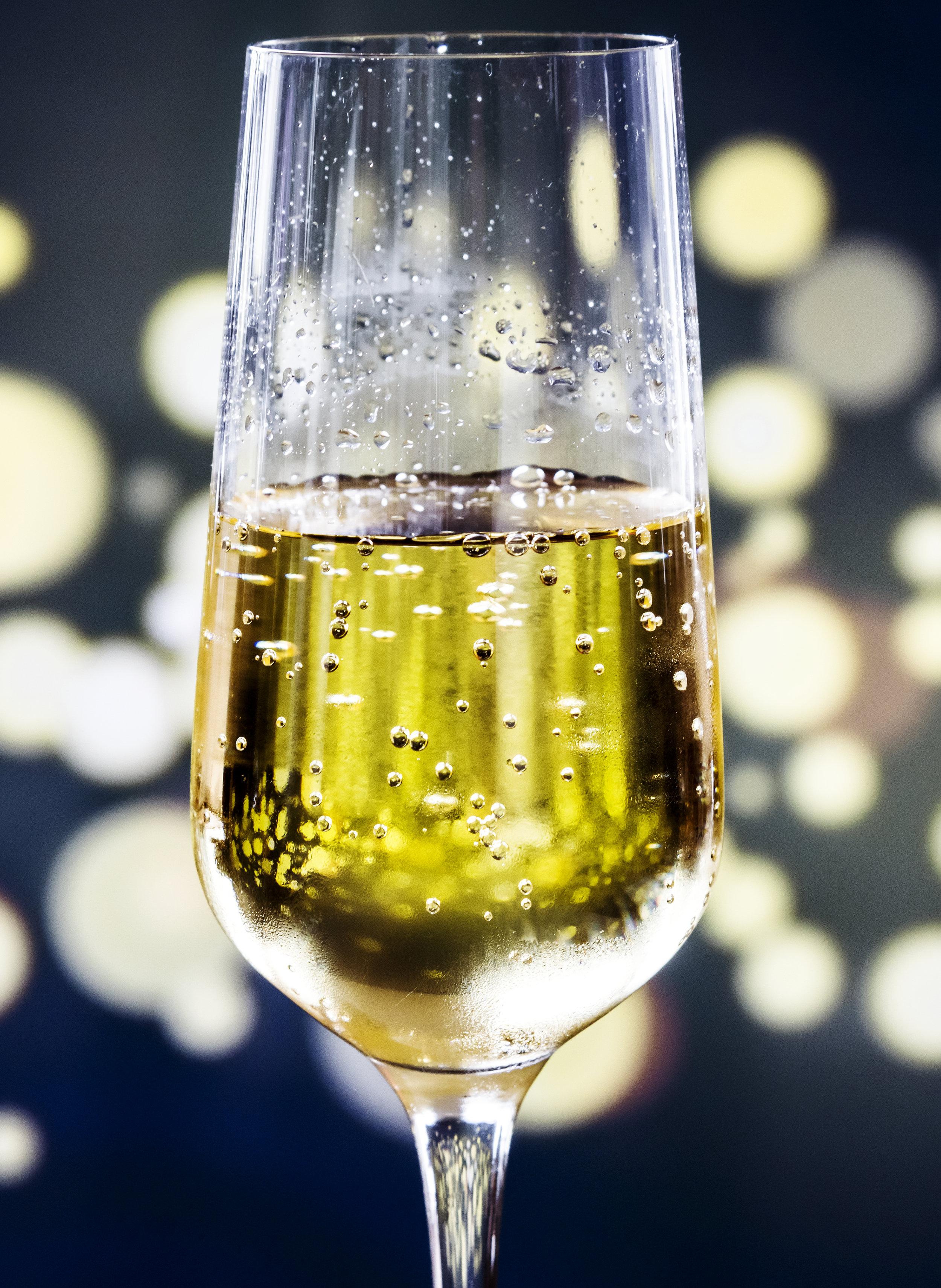 RIESECCO weiß Durbach - Die Weinherstellung: Die einmalige Steillage in Durbach/Baden mit Granitverwitterung als Bodenart gibt dem RIESECCO eine ganz besondere Qualität und Vollmundigkeit. Die Riesling-Traube kann in diesem Perlwein ihr volles Aroma zur Geltung bringen.Der Wein: Gelb schimmernd mit grünlichen Reflexen prickelt dieser feinperlige SECCO im Glas. Intensiv duftend nach Aprikose, Pfirsich, Maracuja und etwas Ananas. Seine exotische Fruchtkombination harmoniert perfekt mit einer feinen mineralischen Note.Empfohlene Trinktemperatur: 8-10° C.Alkohol Vol.: 10,5%