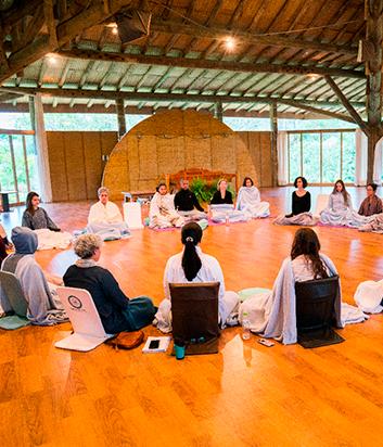 Equilíbrio Emocional - CONTEÚDOS ABORDADOSEquilíbrio Emocional em situações de crises (aulas práticas e teóricas com base no programa Cultivando o Equilíbrio Emocional - CEB).+ Workshops relacionados ao equilíbrio emocional* (abordando liderança compassiva, liderança autêntica e as qualidades do agente de paz)+ Mini retiro de contemplação e meditação*A cada semestre iremos convidar facilitadores diferentes para os workshops.COMO ACONTECE108 horas presenciais em 15 dias de imersão27 horas de atividades em plataforma online+ Lab de Yoga, Lab Contemplação e Lab Escuta Compassiva.