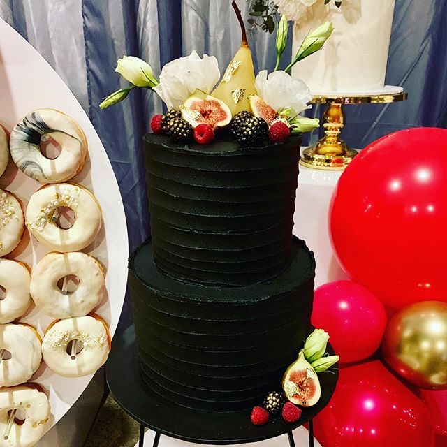 🍰 Cake Crush 🍰⁣ ⁣ Wanting a sophisticated mod theme for your wedding day? How about having a beautiful BLACK wedding cake like this fab creation from @confetticakeco_! ⁣ ⁣ For more on-trend ideas and inspo from @theweddingharvest head to our lastest blog - link in profile 💗