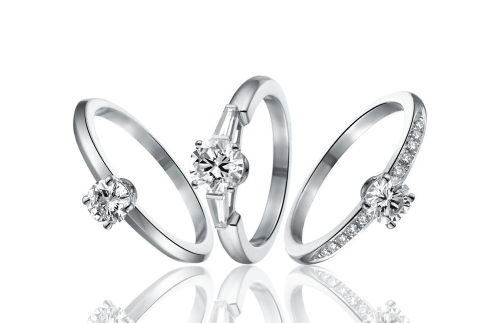 Welke Stijl? - Draagt ze klassieke juwelen met sierlijke ronde vormen? Of gaat haar voorkeur meer uit naar moderne strakke lijnen?Denk ook na of u zijsteentjes wil op uw verlovingsring. Dit geeft de ring een luxueuzere toets en accentueert bovendien de centrale diamant.