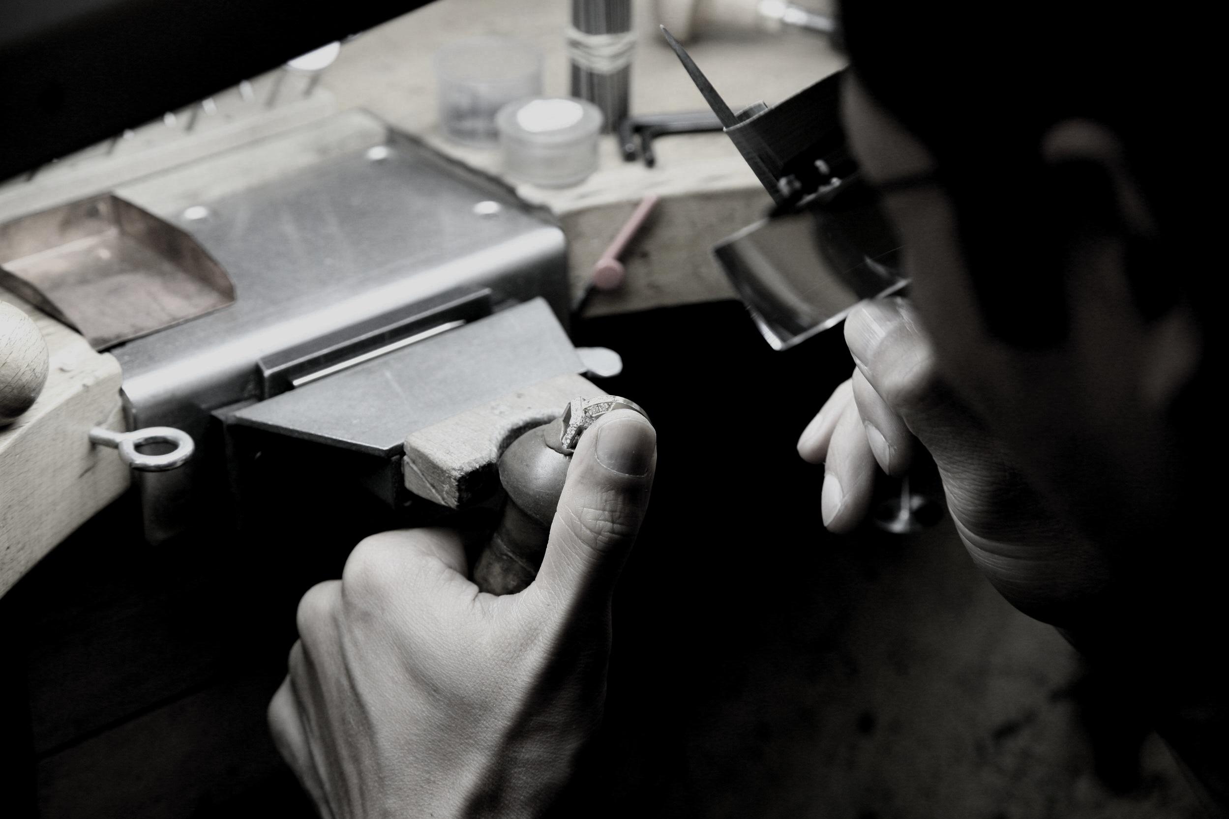 Authentiek Handwerk - Elk juweel van Blériot wordt op artisanale wijze volledig met de hand gemaakt door onze Meester-goudsmeden.Hierdoor is uw verlovingsring steeds van de allerhoogste kwaliteit. We geven dan ook een levenslange garantie op al onze juwelen.