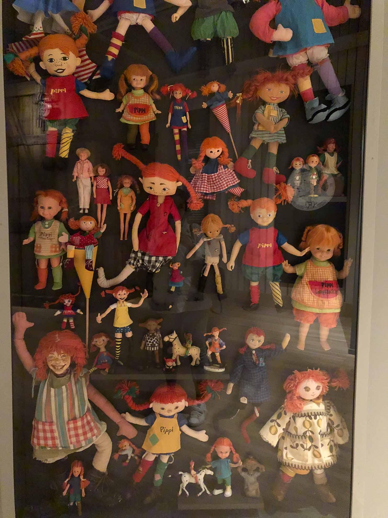 Michels geschnitzte Figuren und weitere Puppen erinnern an ihre Charaktere aus den weltbekannten Kinderbüchern.