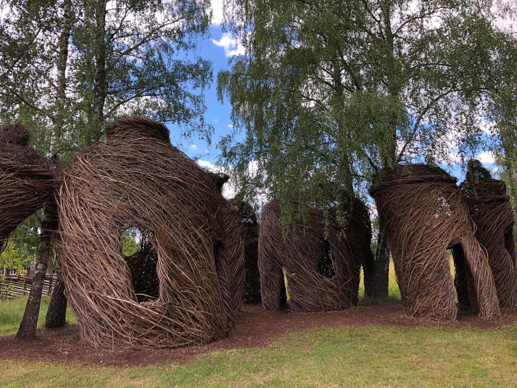 """Die Naturskulpturen """"Lucky Seven"""" von Patrick Dougherty in Vimmerby."""