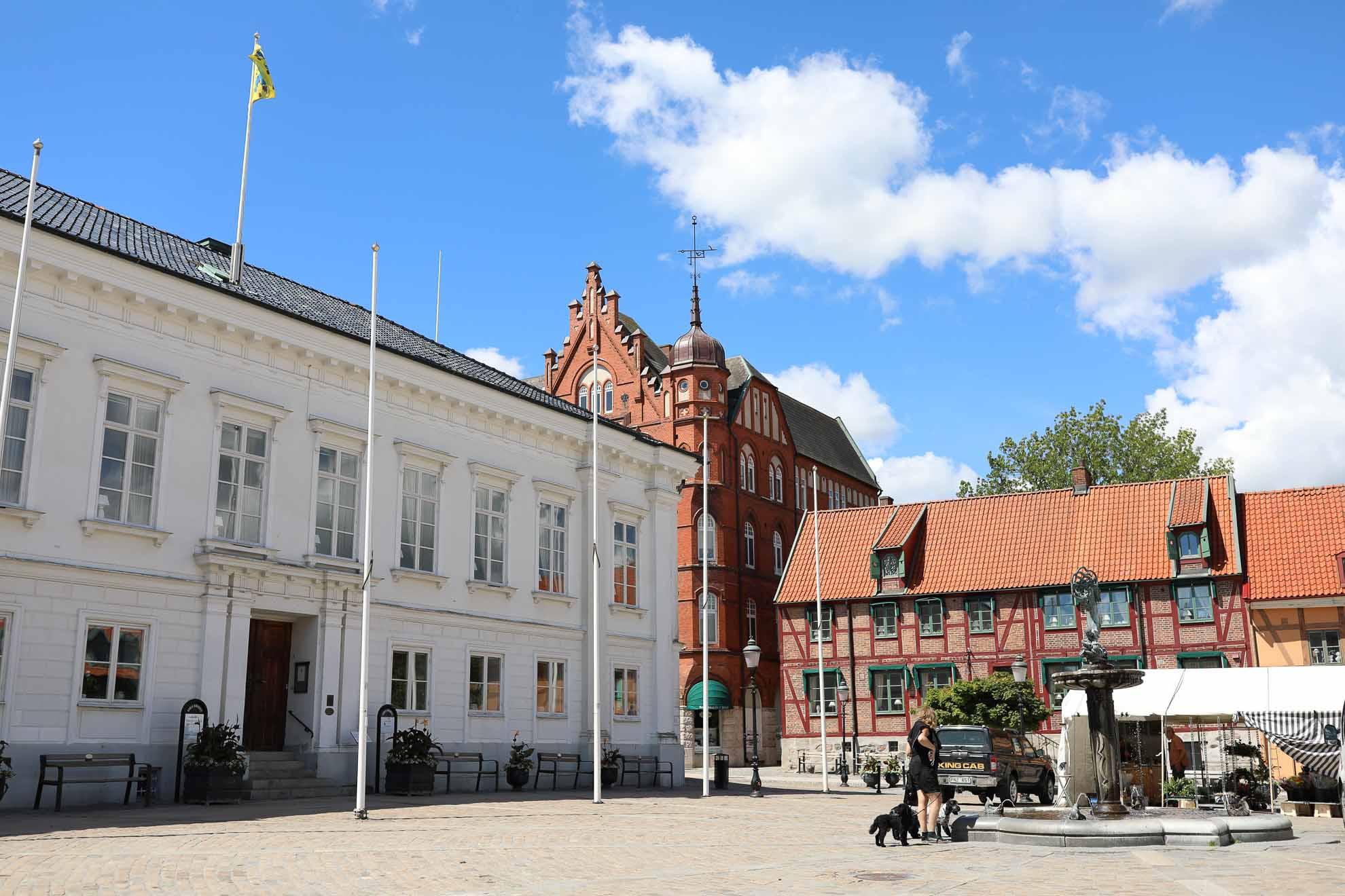 Die Kriminalromane von Henning Mankell spielen in Ystad. Auch die Originalschauplätze der Verfilmung findet man wieder