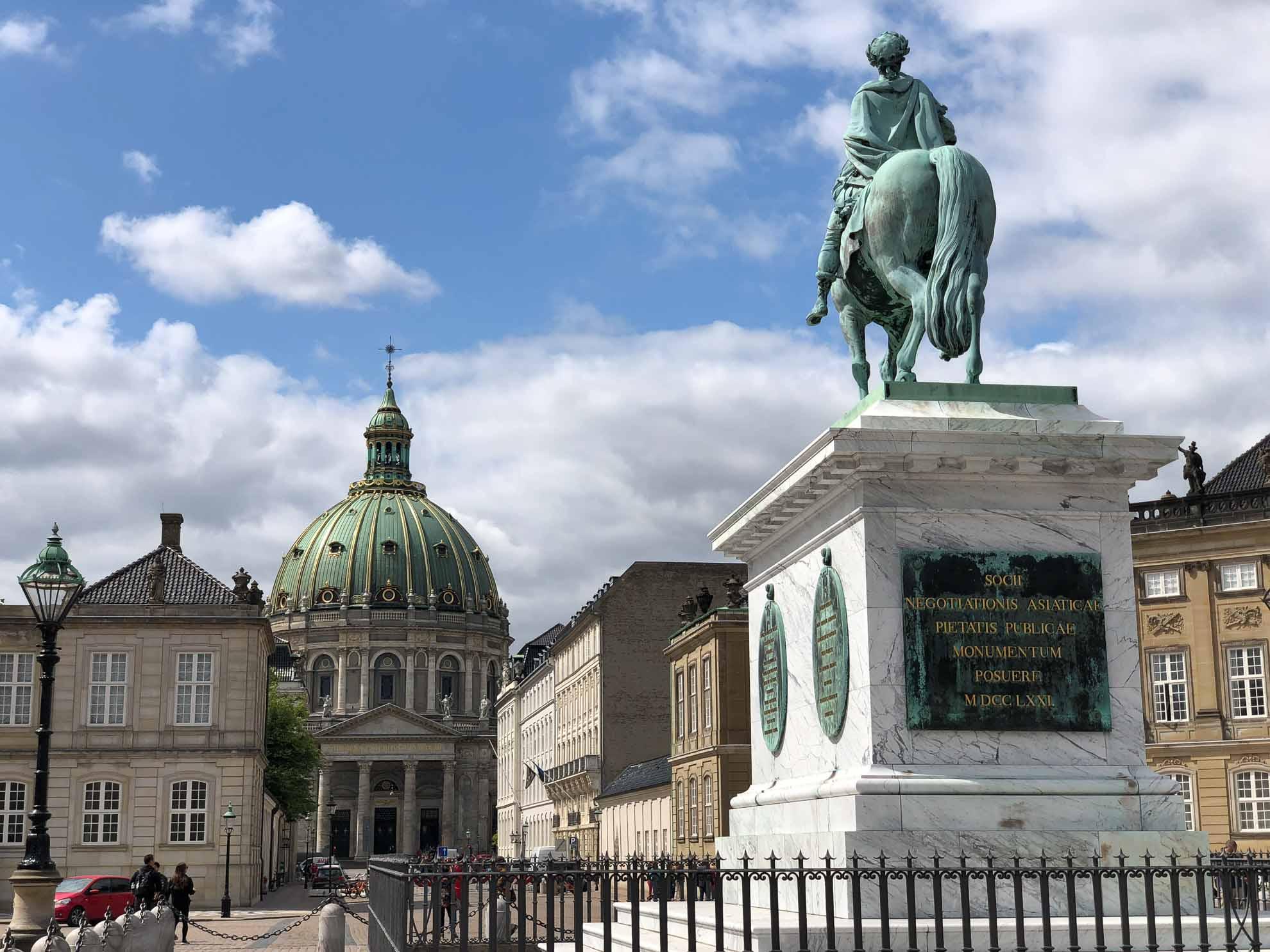 Nur wenige Schritte sind es vom Liegeplatz zum Schloss Amalienborg, der königlichen Stadtresidenz