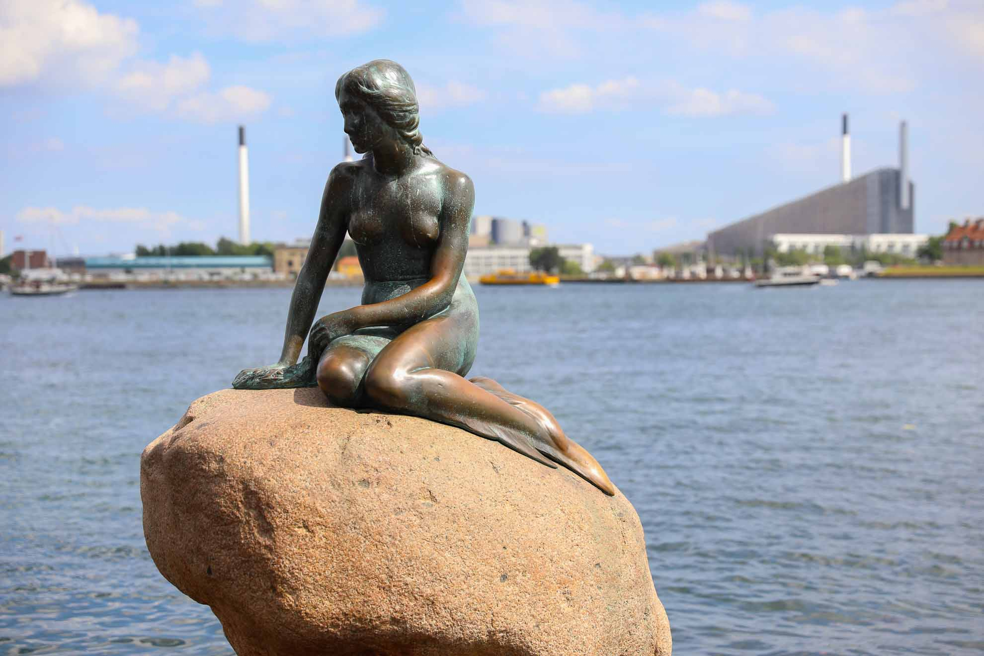 Die kleine Meerjungfrau von Edvard Eriken sitzt seit 1913 am Ufer. Wir haben sie besucht