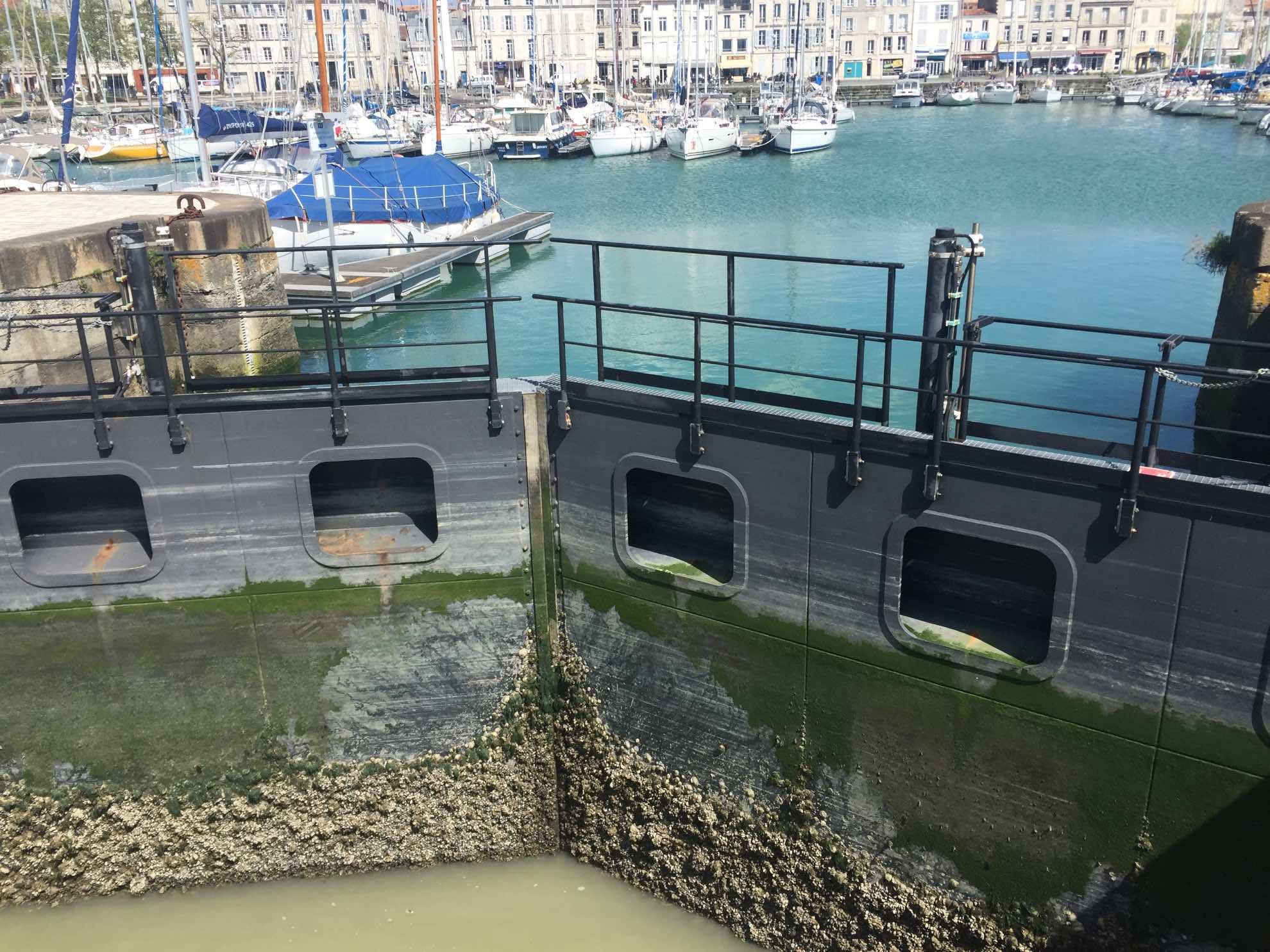 Zum Glück liegt unser Hafenbecken hinter einem Schleusentor, das nur bei Flut offen ist