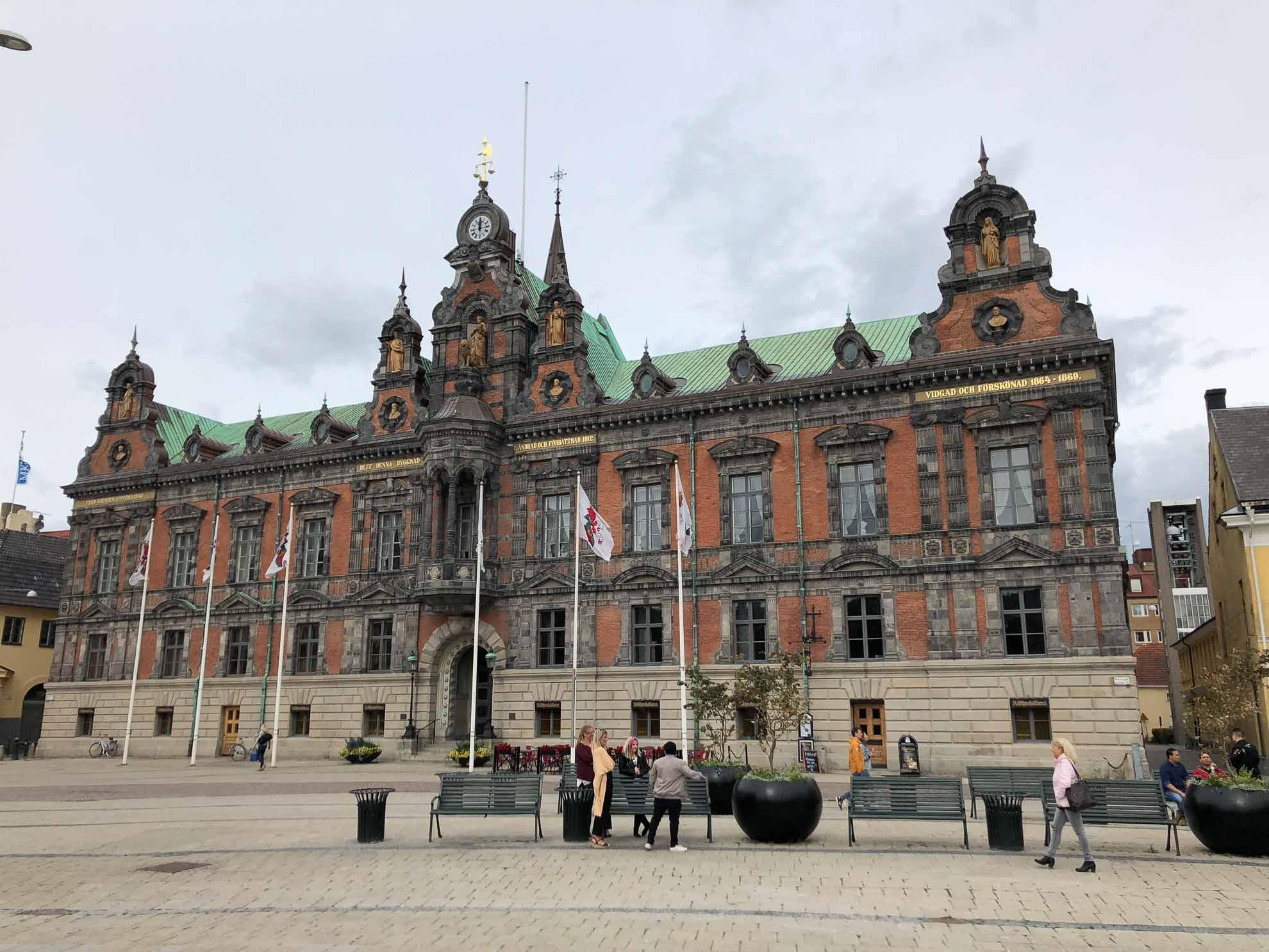 Vor dem Rathaus am alten Marktplatz der Stadt.