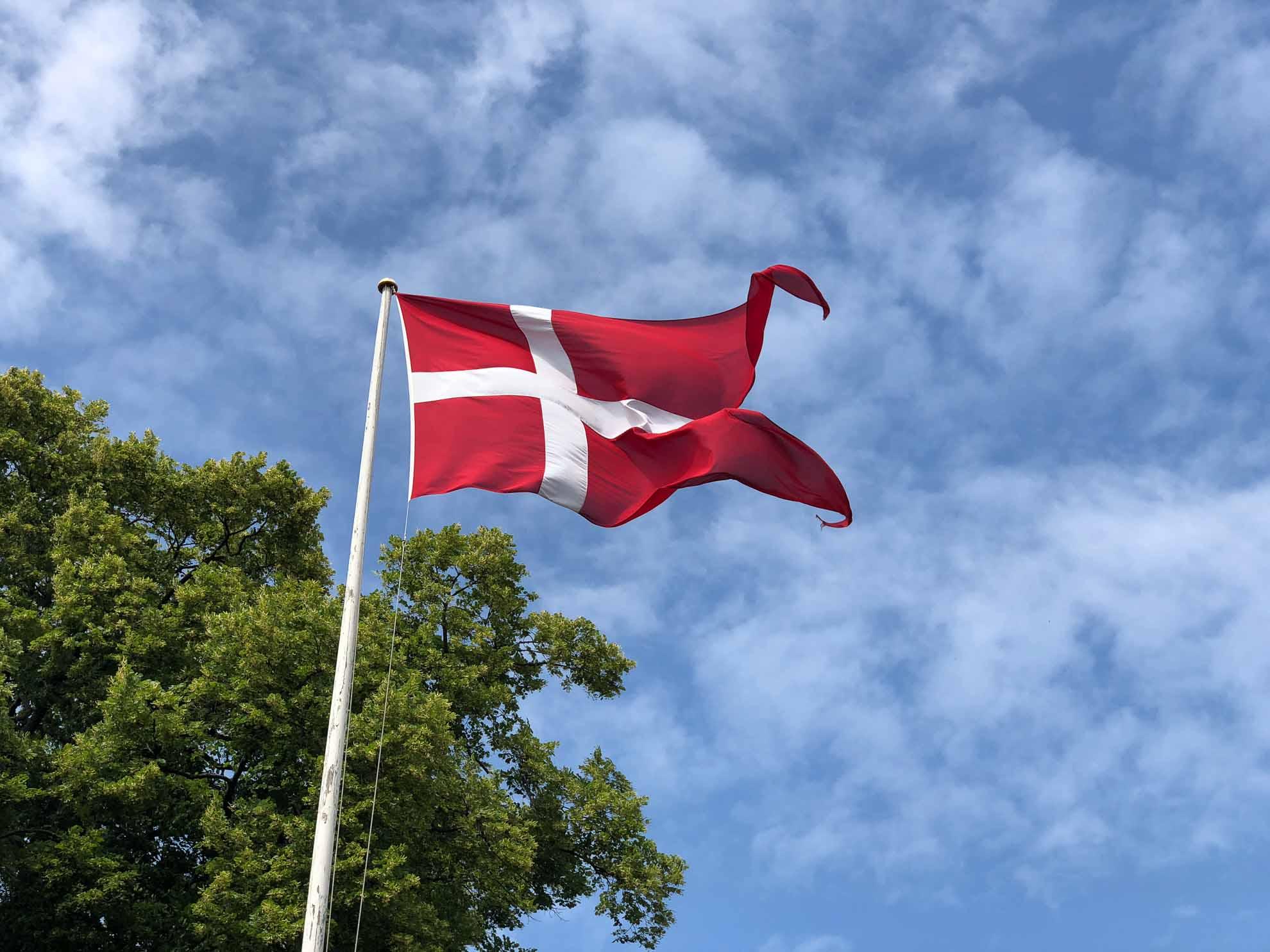 Der Dannebrog weht an vielen Orten in der Stadt, aber auch in vielen Gärten. Die Dänen sind stolz auf ihre Nationalflagge.