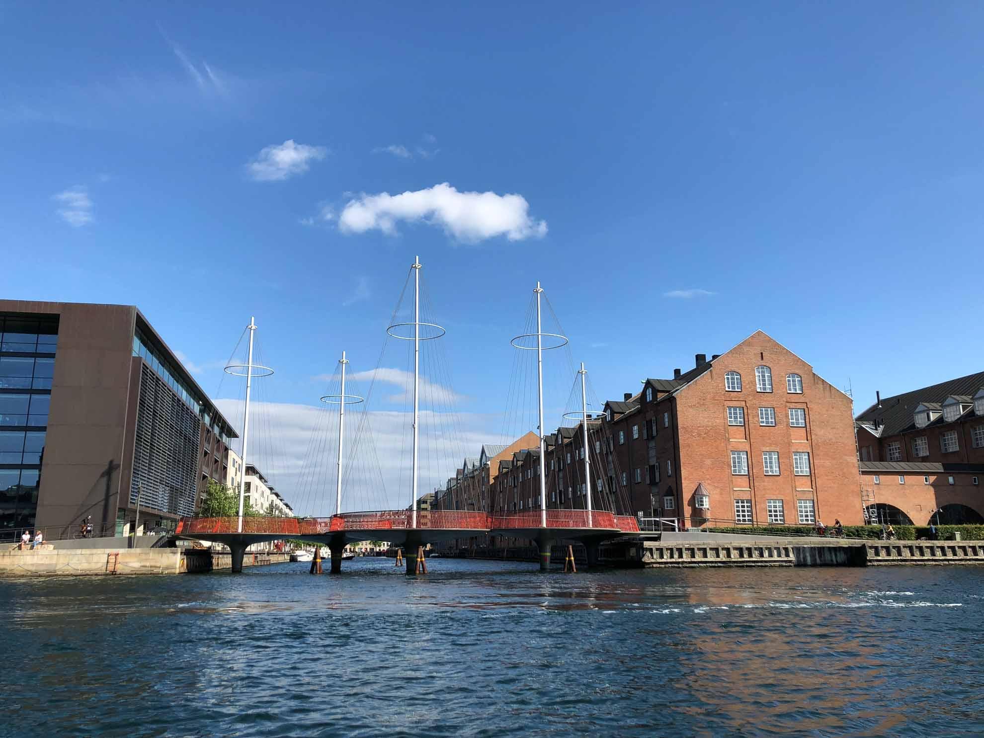 Für den nächsten Tag steht die ausführliche Erkundung Kopenhagens auf dem Programm. Besonders gut geht das mit einer Bootstour.