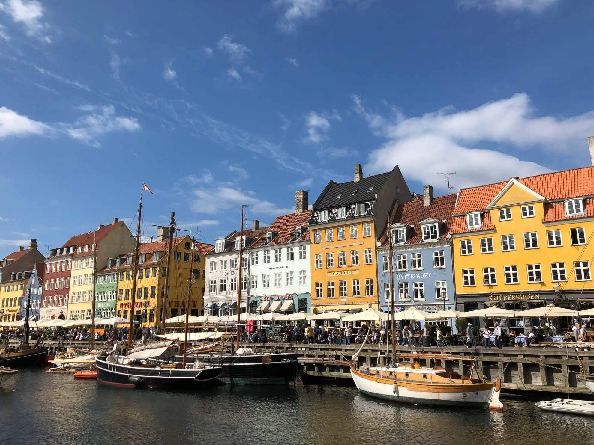 """Der """"Nyhavn"""" mit bunten Häusern und historischen Schiffen."""