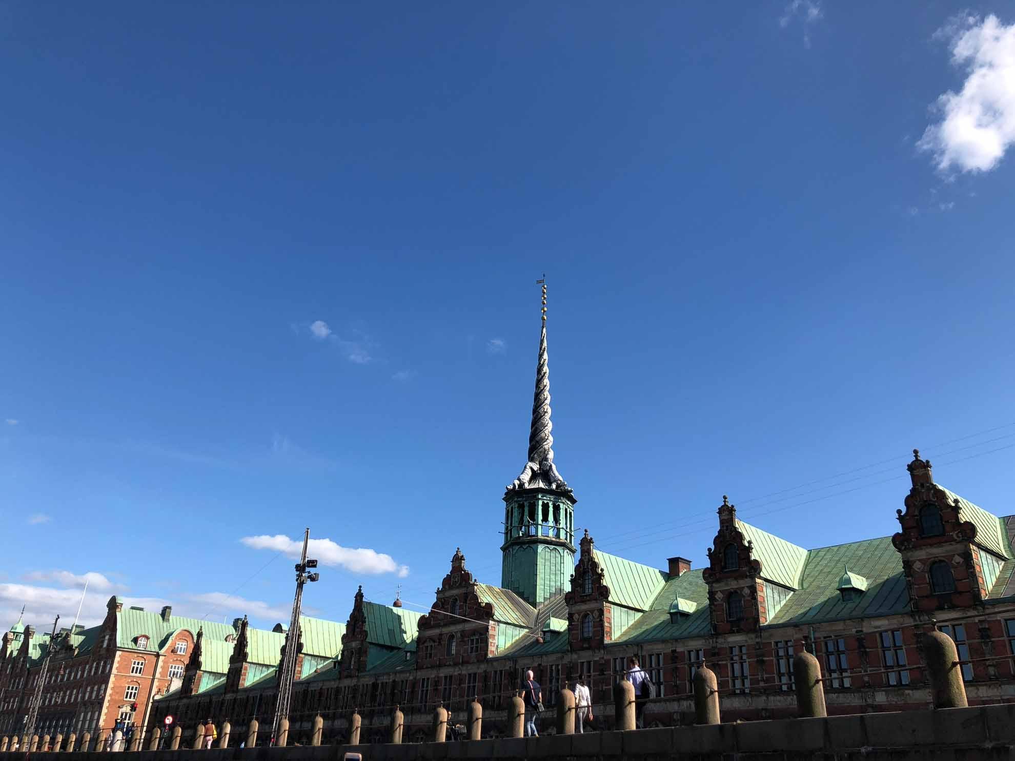 Die ehemalige Börse (Københavns Fondsbørs) krönt ein besonderer Spitzturm.