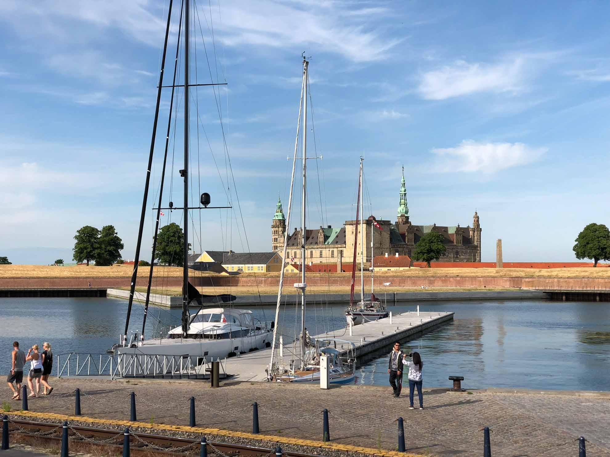 Malaika macht vor Schloss Kronborg fest –  William Shakespeare wählte die Festung eins als Ort für seine Tragödie Hamlet.