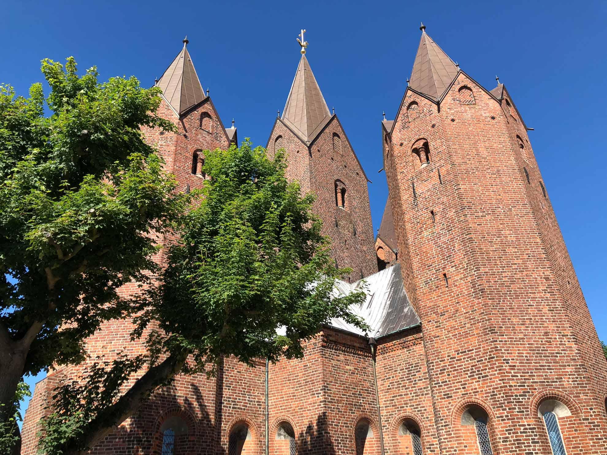 """Imposant thront die evangelisch-lutherische """"Vor Frue Kirke"""" über der Stadt."""