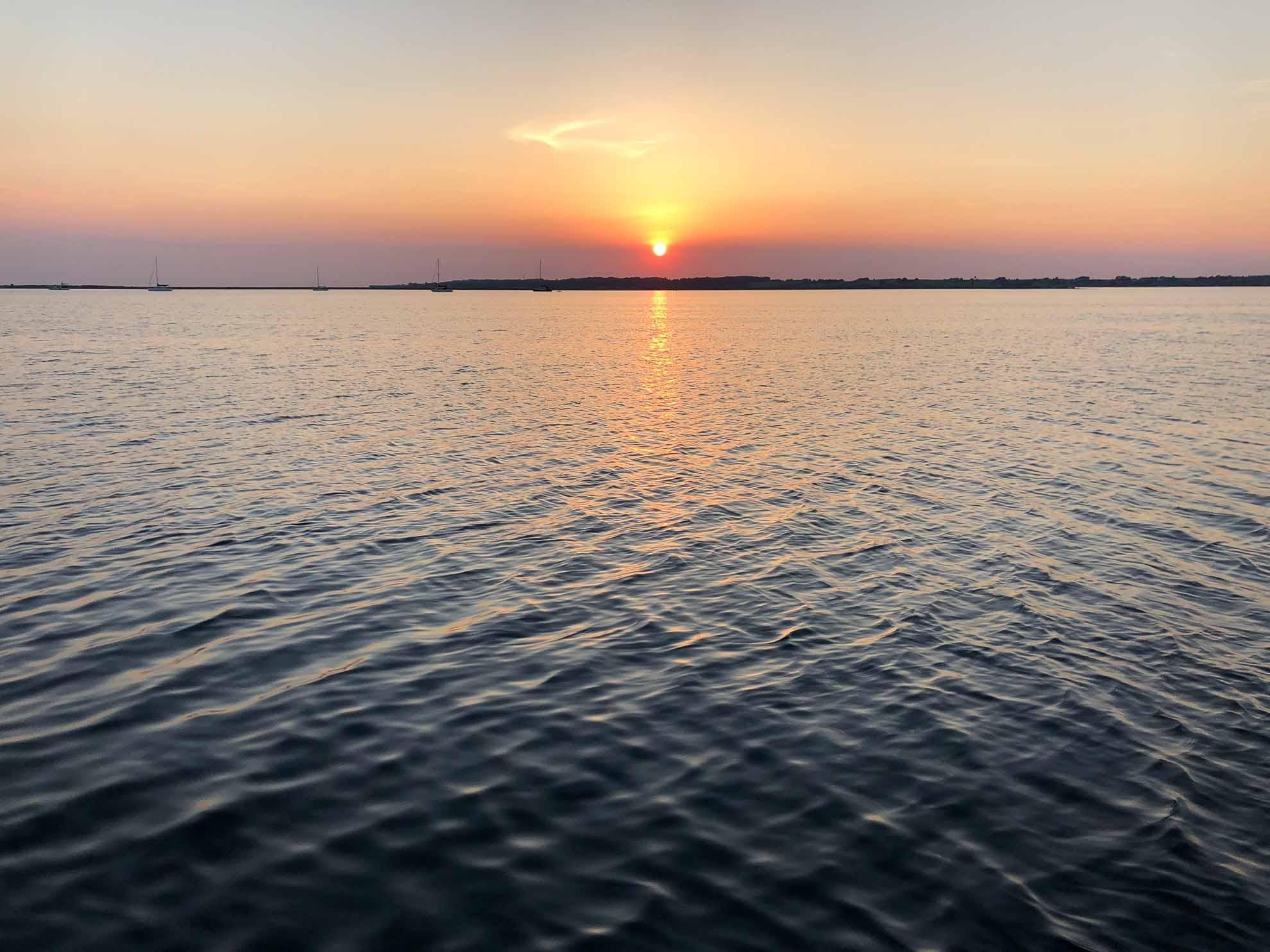 Malaika ankert vor der Insel Lyø, unweit von Faaborg. Die Dänische Südsee, wie das Inselarchipel im Süden Fünens genannt wird, hat fantastische Ankerplätze zu bieten.