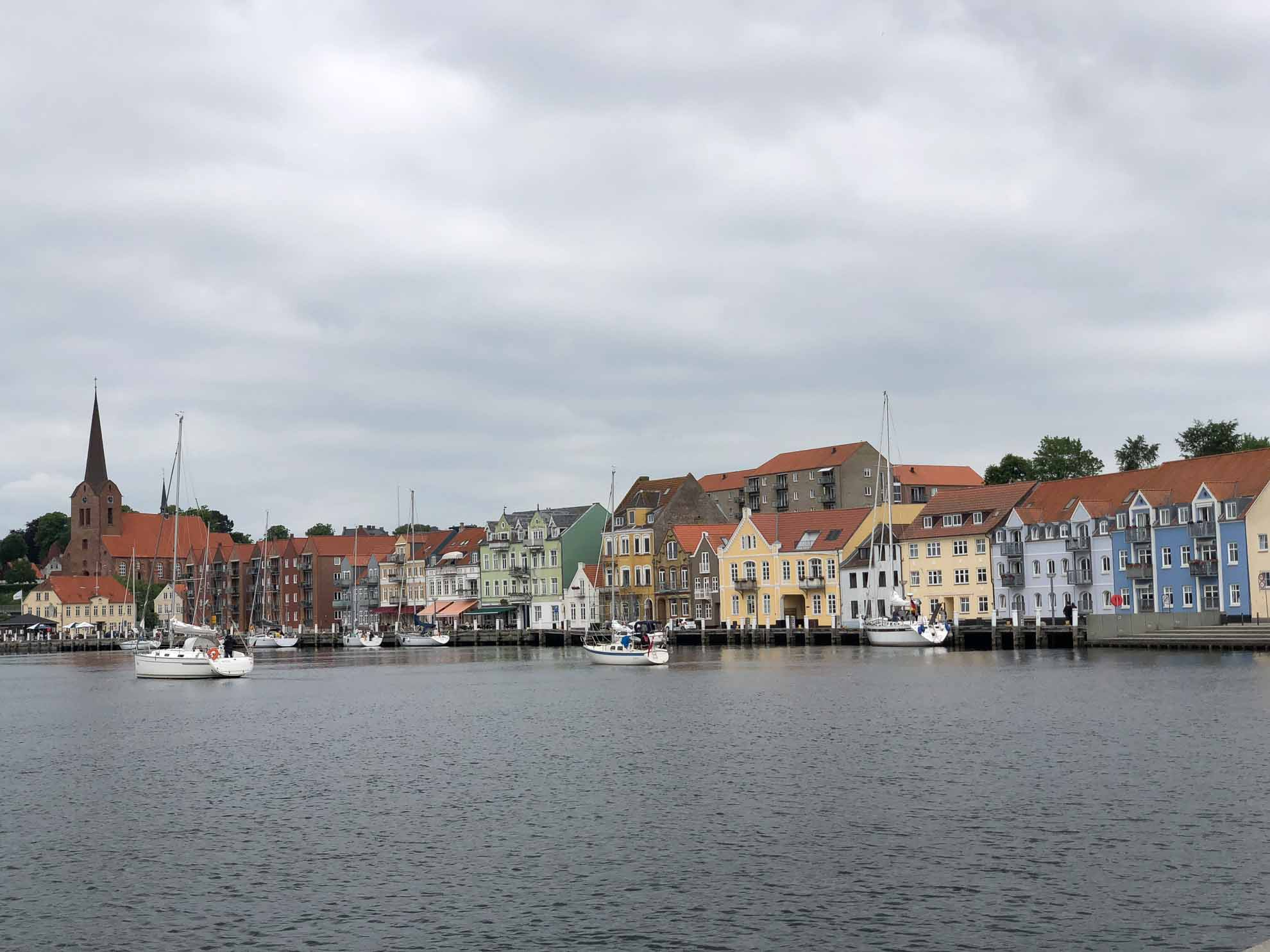 Direkt vor den bunten Häusern am Eingang zum Als Fjord können Yachten in Sønderburg anlegen.