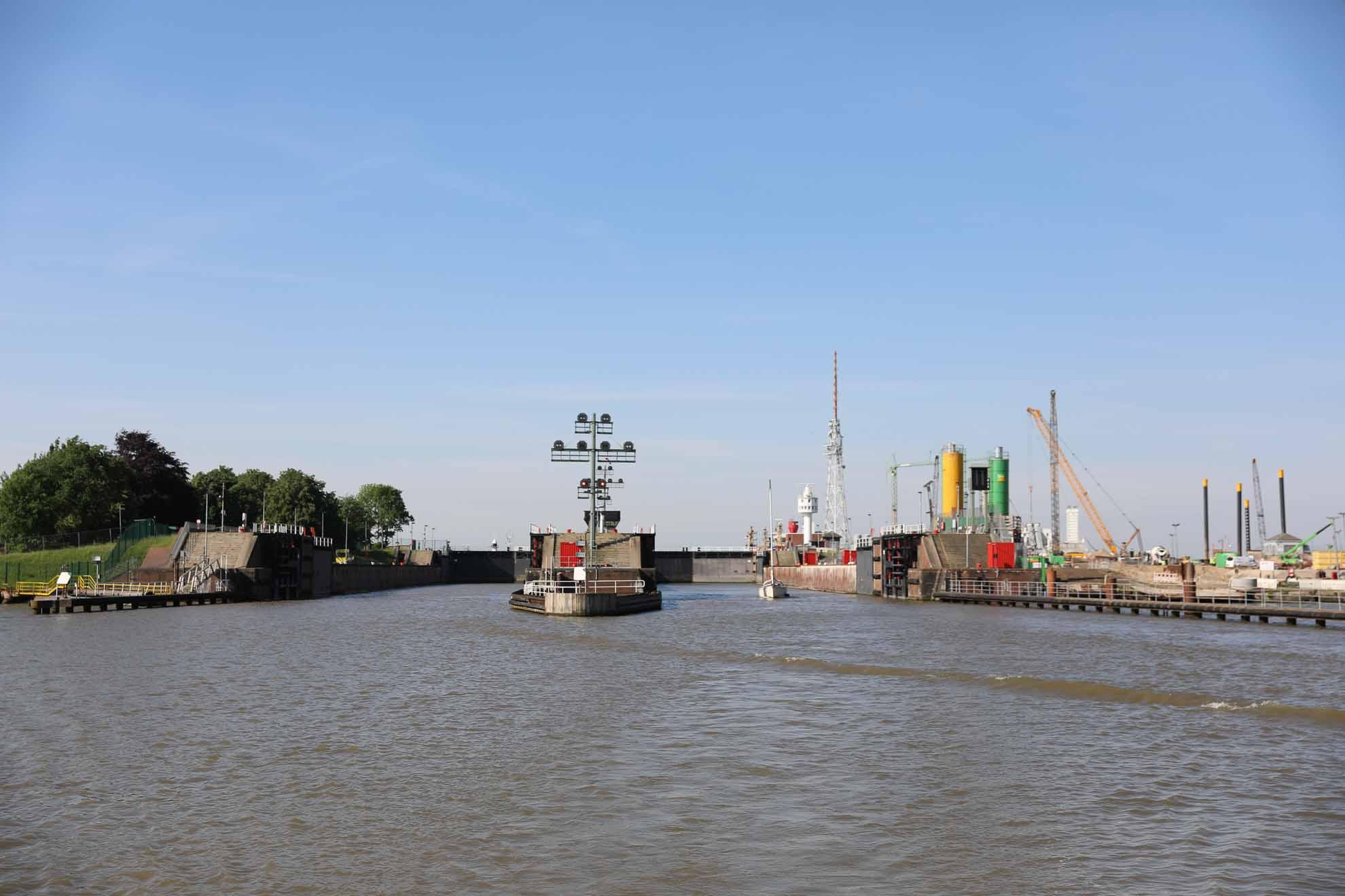 An großen Signalmasten wird Sport- und Berufsschifffahrt signalisiert, wann sie in die Schleusenkammer einfahren soll.