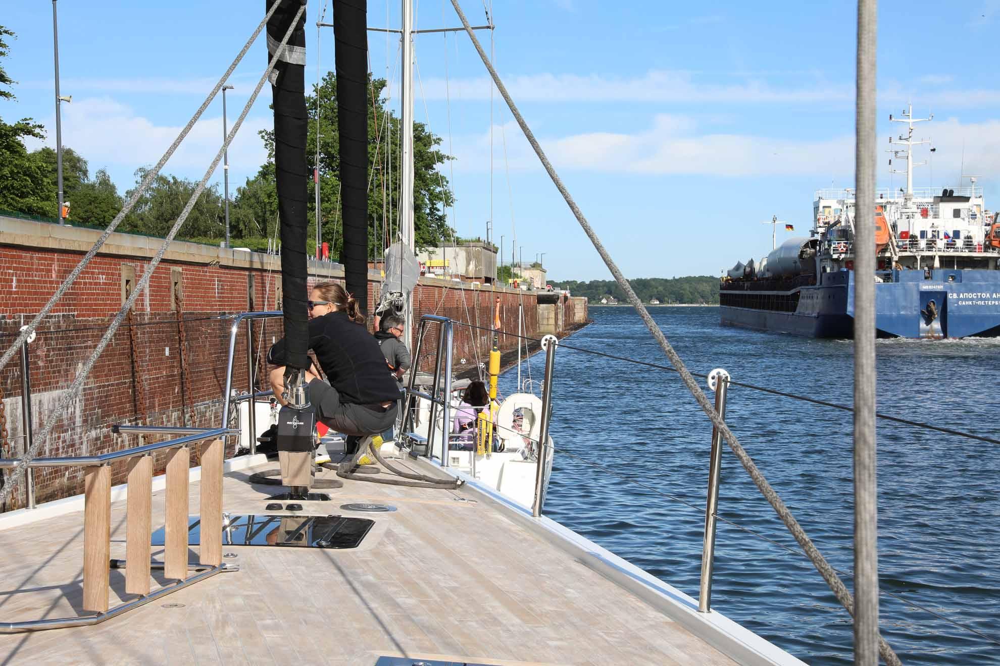 Die Ostsee voraus – Malaika verlässt die Schleuse in Kiel Holtenau.