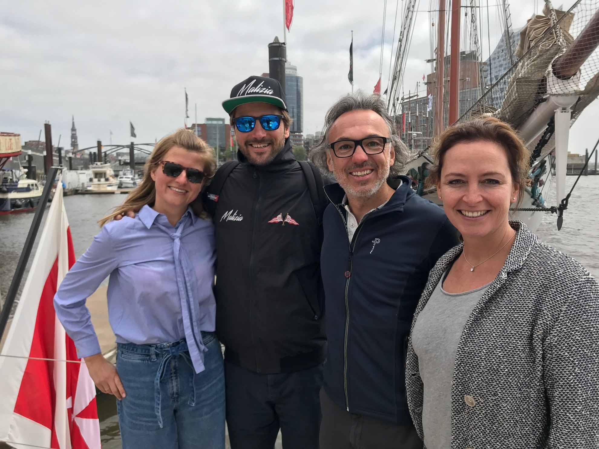 Wir bekommen Besuch, unter anderem von Malizia-Skipper Boris Herrmann und seiner Freundin.