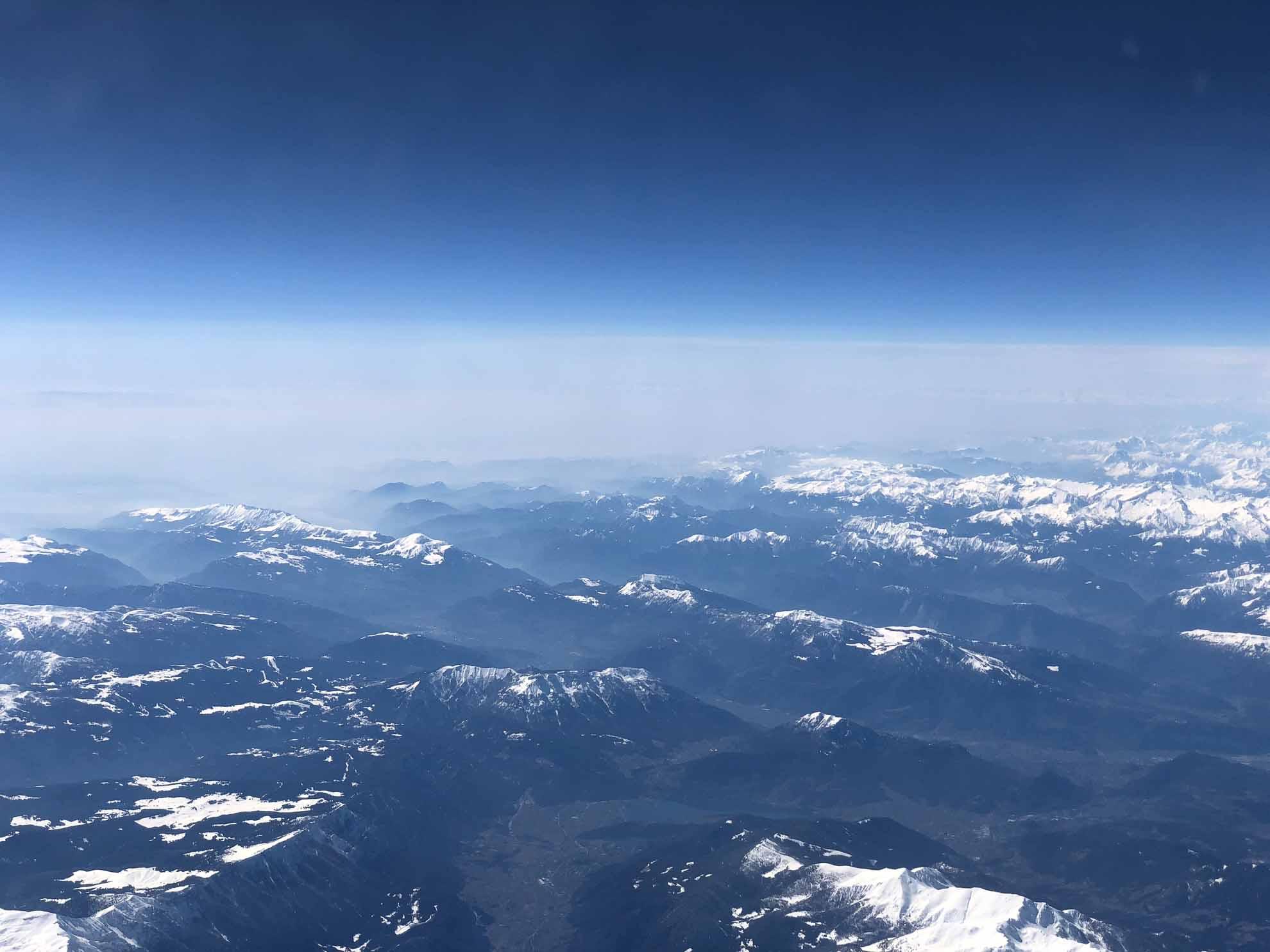 Blick aus dem Fenster auf dem Heimflug von Neapel nach Deutschland.