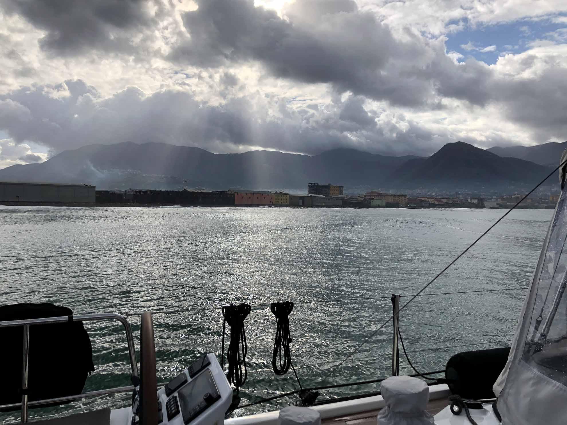 Auch wenn das Wetter immer noch nicht richtig schön ist, verholen wir Malaika nach Porto Mergellina bei Neapel, da die Abreise von Neapel nach Deutschland allmählich näher rückt.