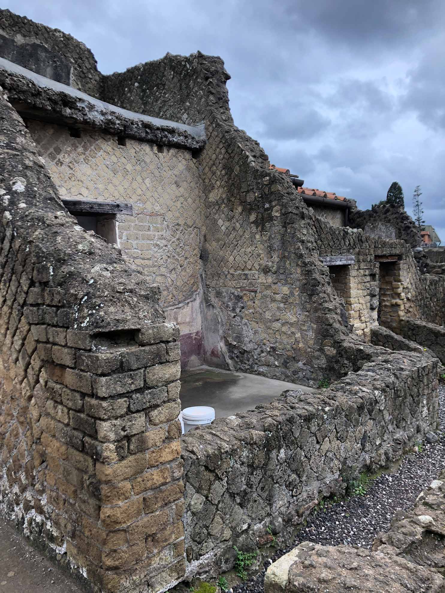 Auch diese römische Stadt wurde beim Ausbruch des Vesuv im Jahre 79 n. Chr. unter Asche- und Gesteinsschichten begraben.