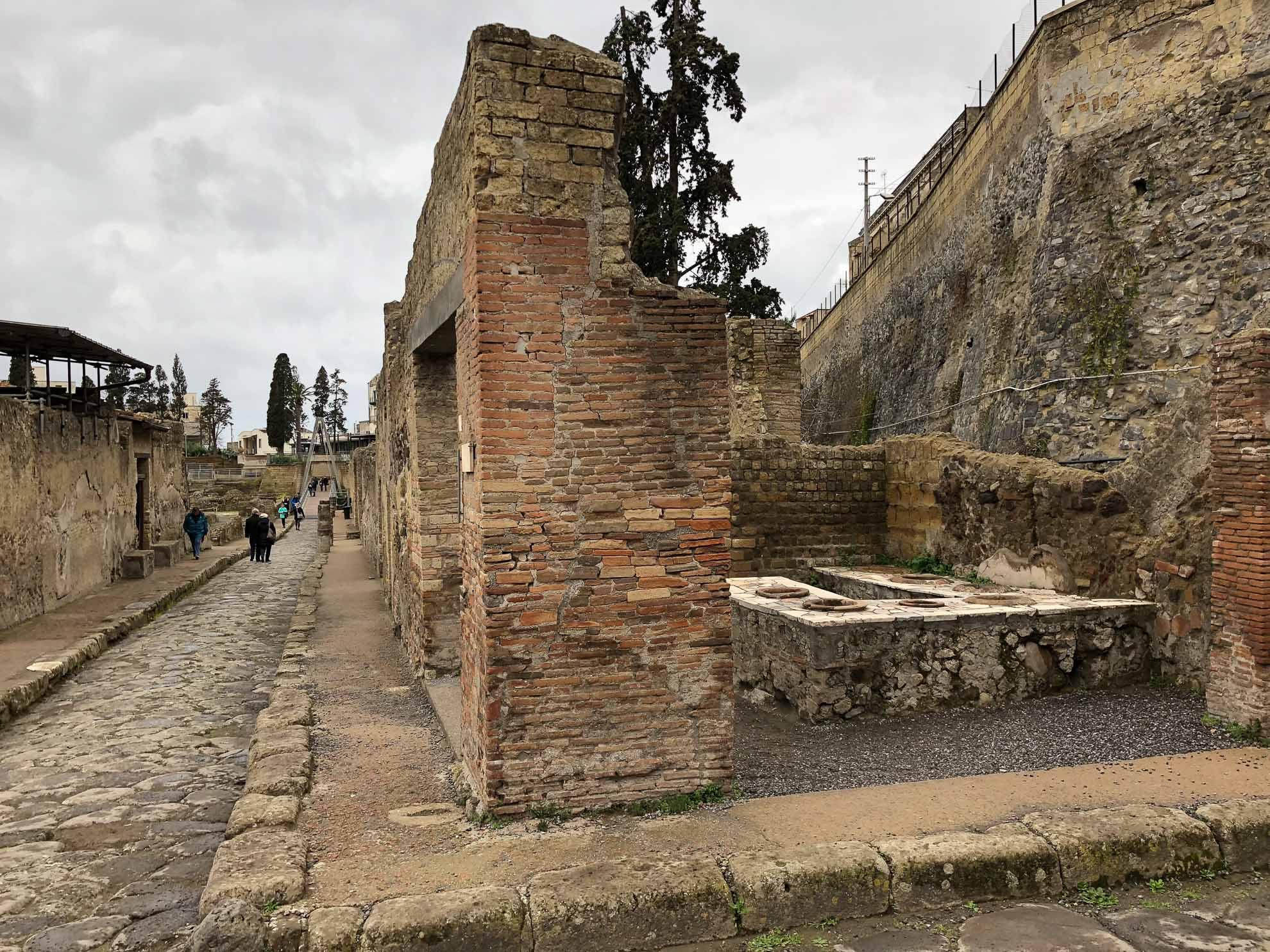 Herculaneum ist weniger bekannt als Pompeji, aber auch hier kann man sich auf eine Zeitreise begeben, auf alten römischen Straßen laufen ...
