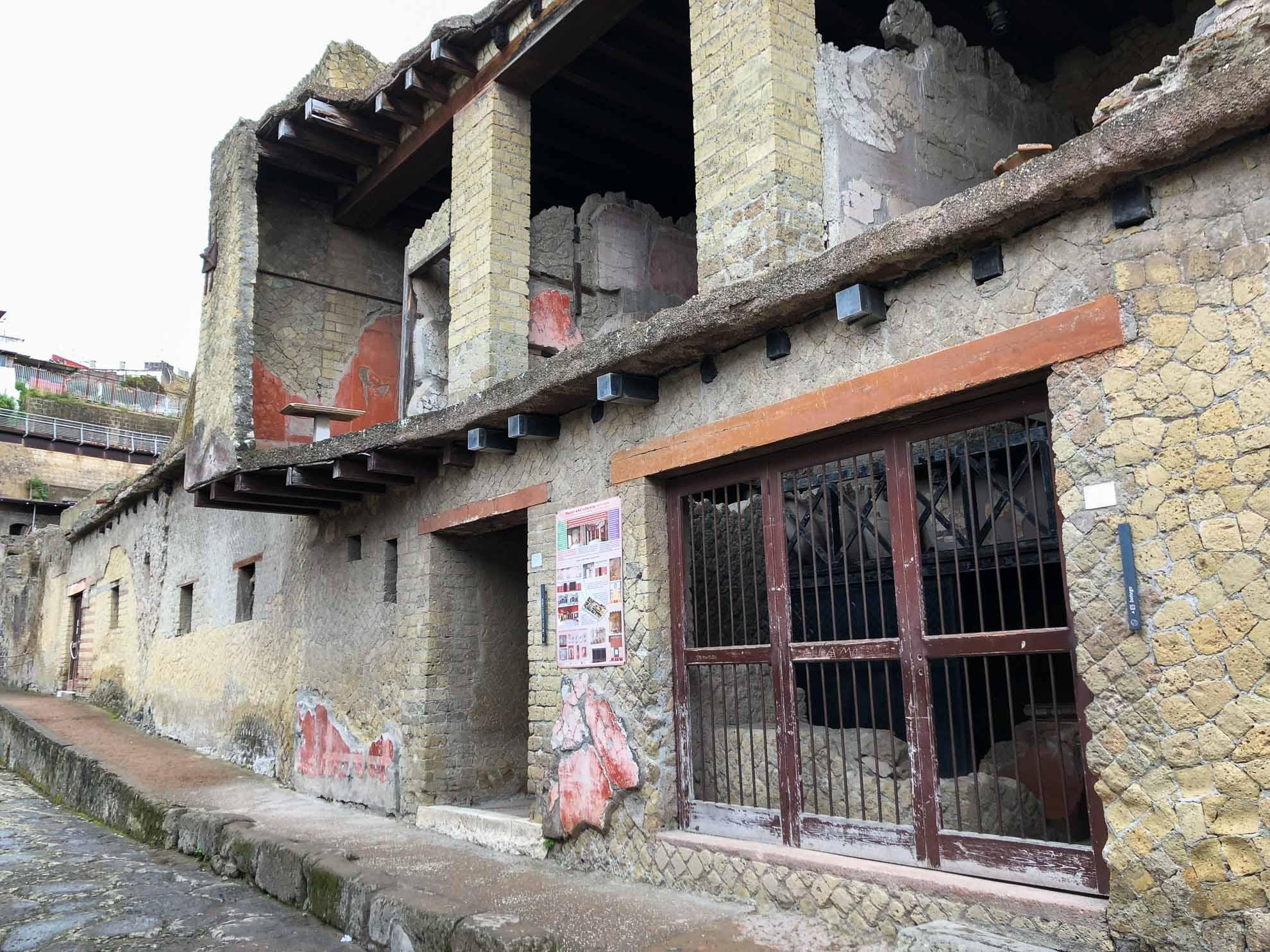 Unter den vulkanischen Schichten, die die Stadt beim Ausbruch des Vesuv bedeckten, wurde sie nahezu perfekt konserviert.