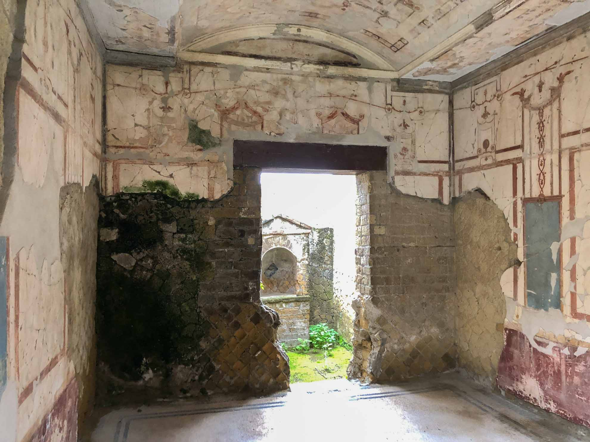 Die Ausgrabungen begannen im 18. Jahrhundert. Heute ist ein Großteil der Villen, Häuser und öffentlichen Gebäude freigelegt.