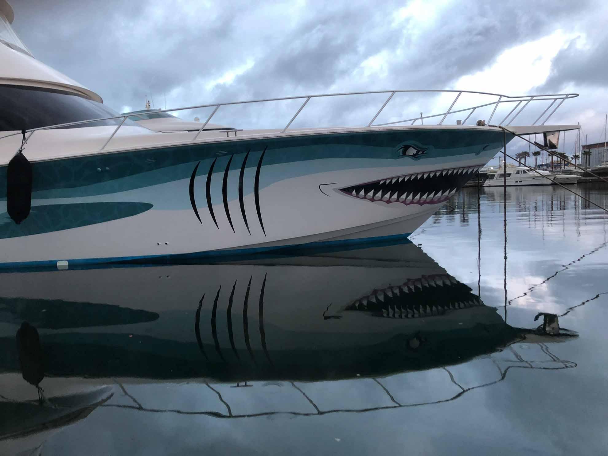 """Malaika hat eine """"gefährliche Nachbarin"""" im Hafen bekommen – eine Motoryacht im Hai-Look."""