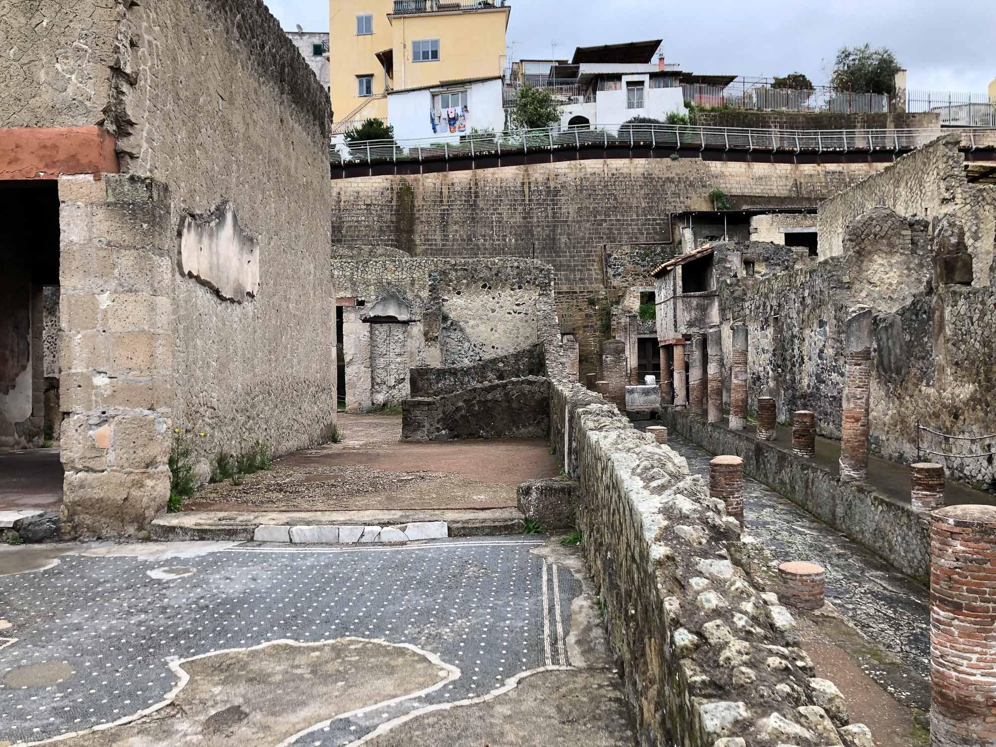 Der heutige Ort heißt Ercolano, zum Gipfel des Vesuv sind es nur rund 7 Kilometer.